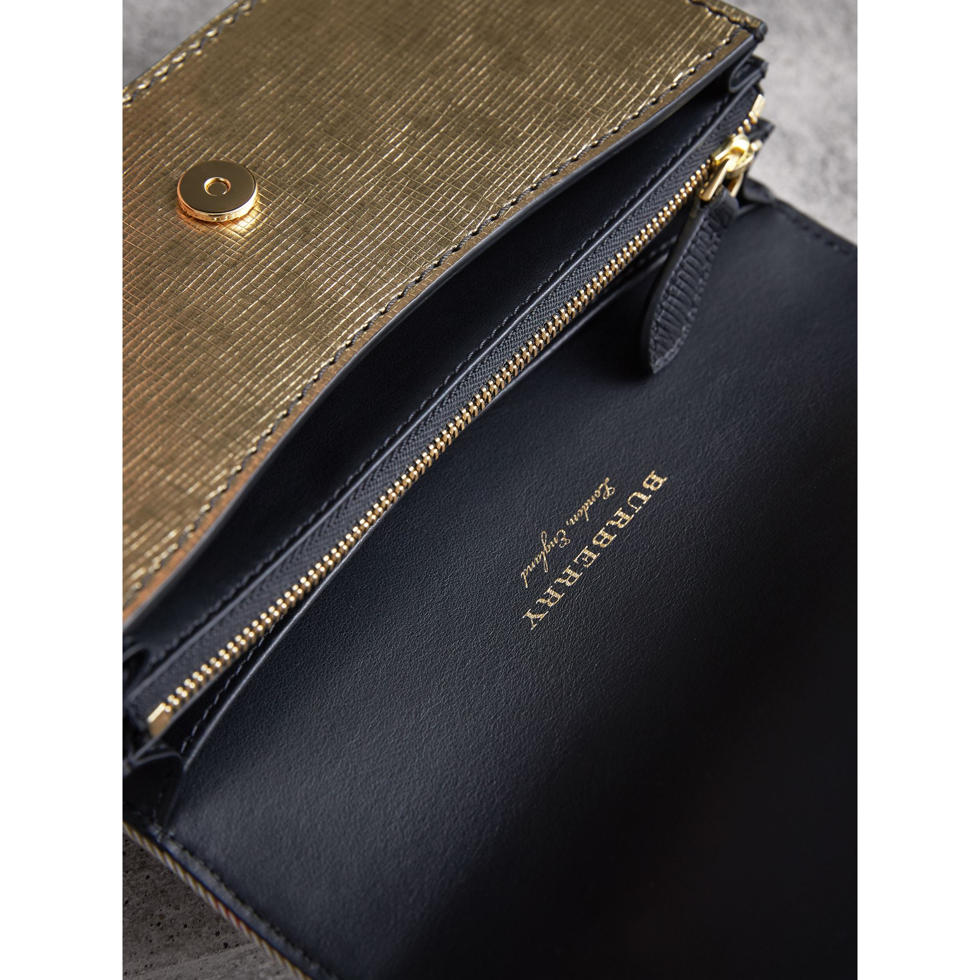 Borsa The Buckle piccola con motivo House check e pelle (Oro) - Donna | Burberry - immagine della galleria 6