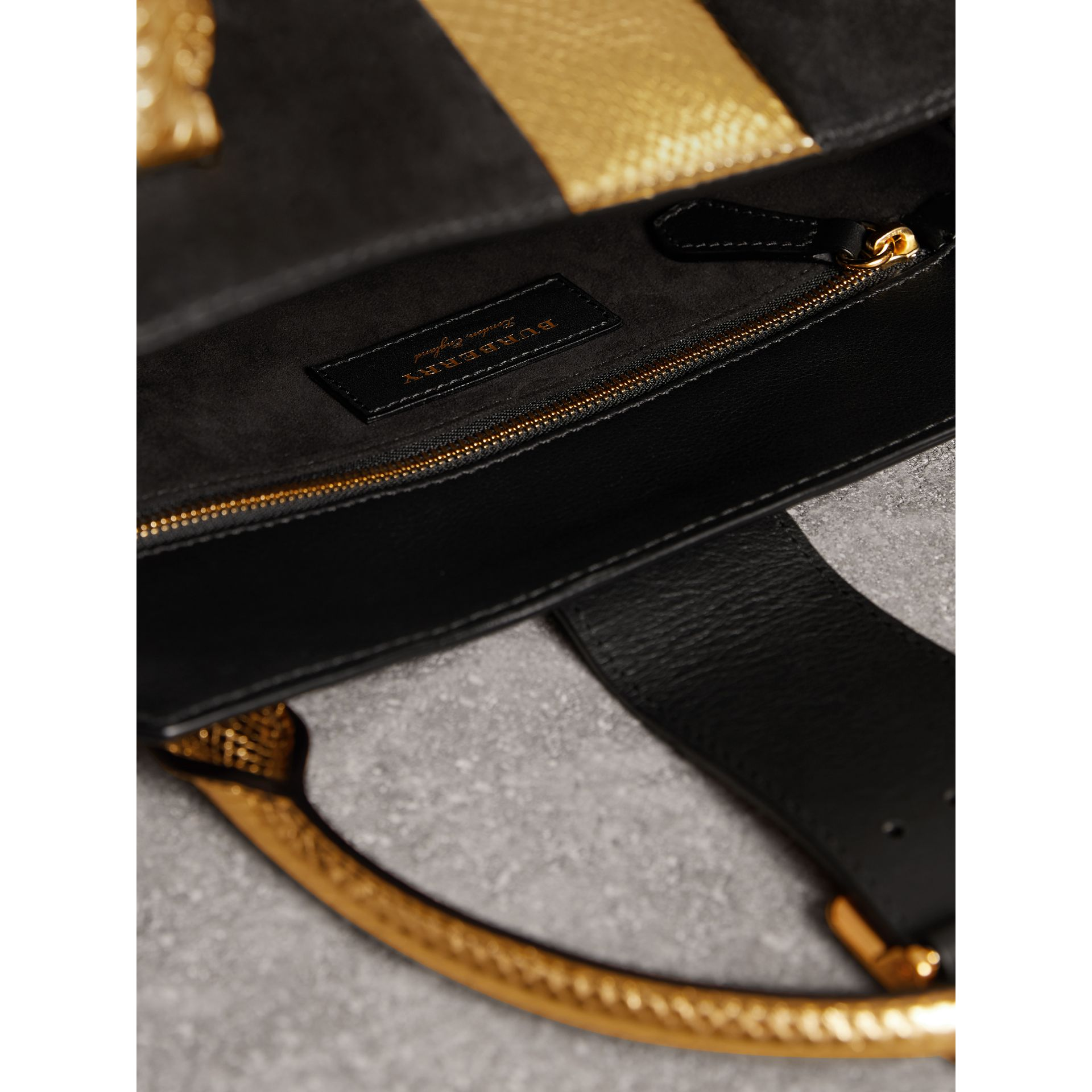 Sac tote The Buckle moyen en cuir velours et peau de serpent (Noir/or) - Femme | Burberry - photo de la galerie 5