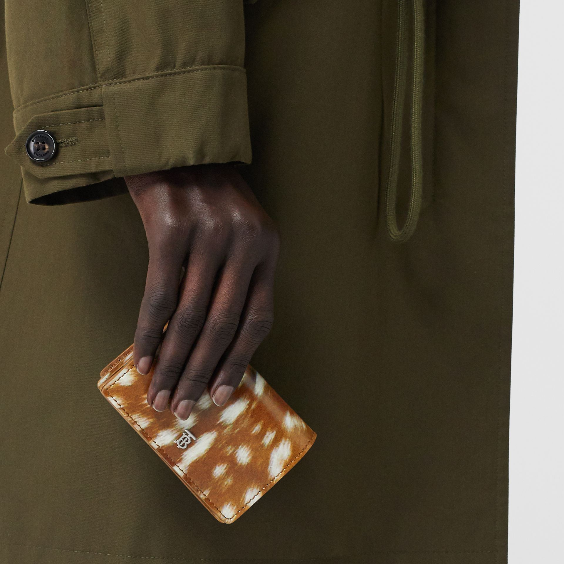 Porte-cartes en cuir à imprimé daim avec sangle amovible (Brun Malt) - Femme | Burberry - photo de la galerie 2