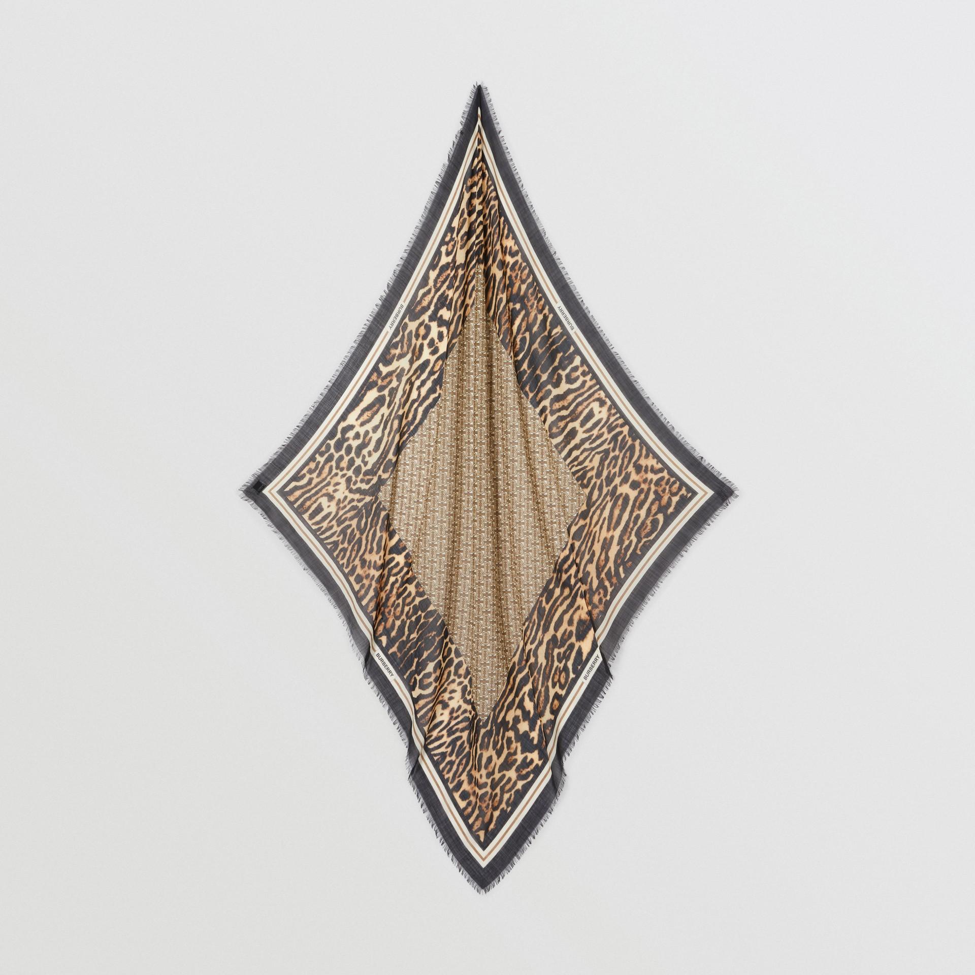 モノグラムプリント ウールシルク ラージ スクエアスカーフ (アーカイブベージュ) | バーバリー - ギャラリーイメージ 3