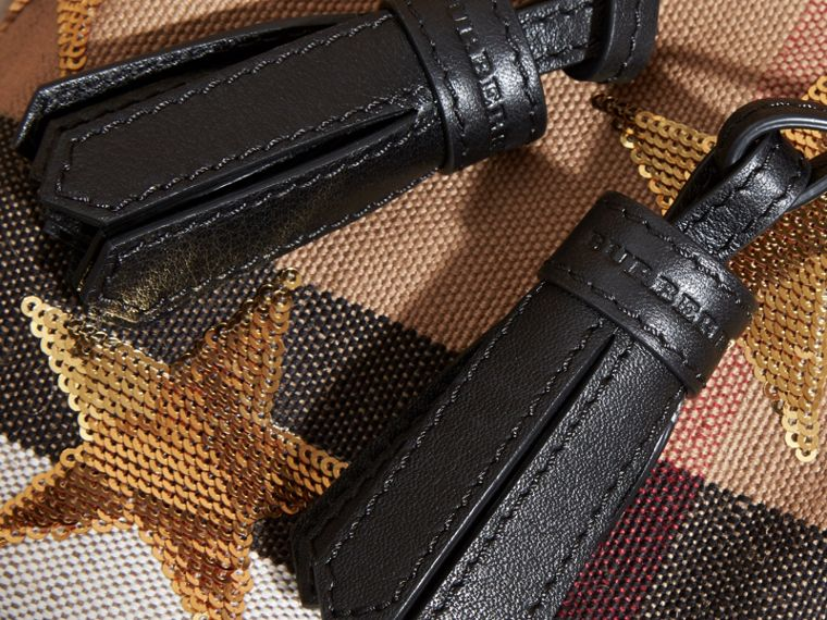 Mini mochila en Canvas Checks con estrellas bordadas en lentejuelas