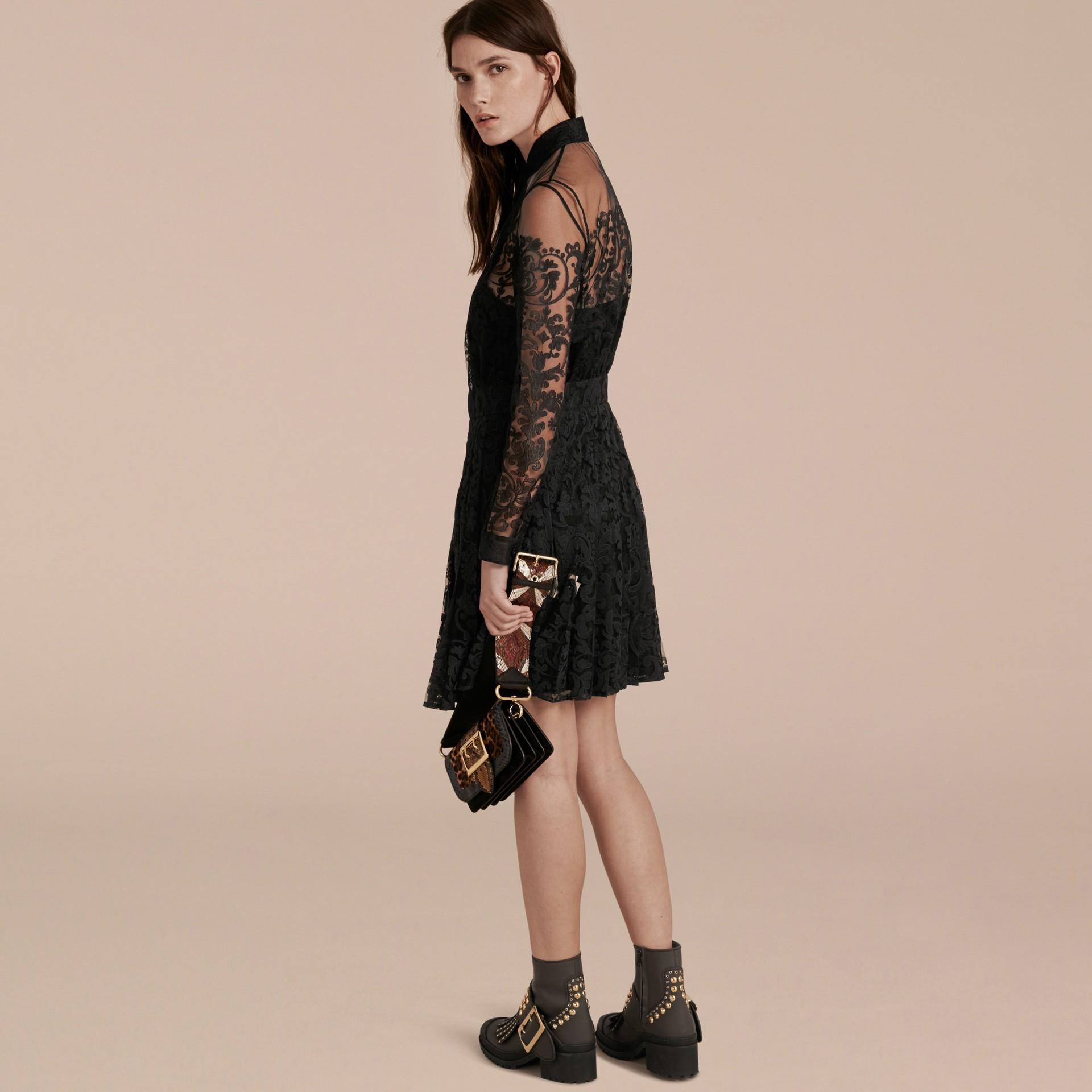 Noir Robe chemise en dentelle - photo de la galerie 3