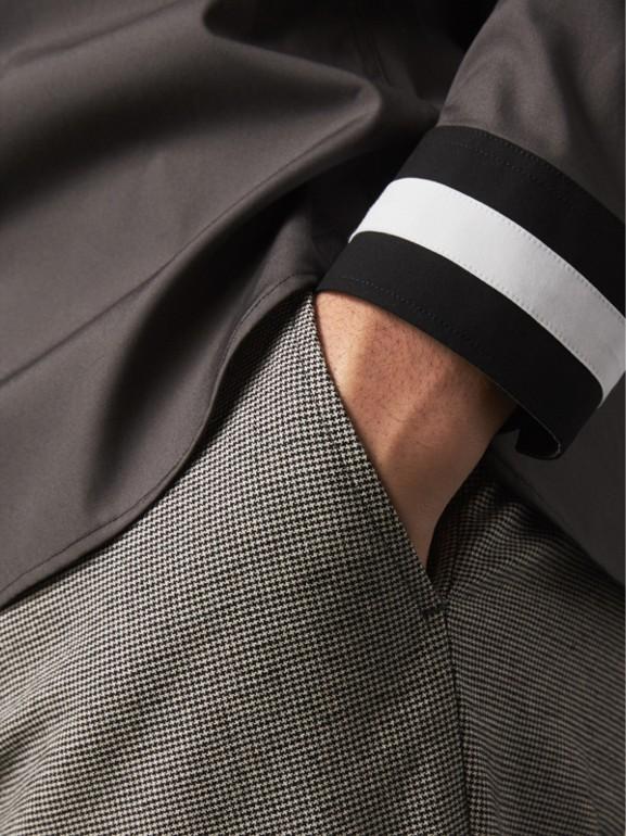 Camisa de algodão stretch com punhos listrados (Cinza Areia) - Homens | Burberry - cell image 1