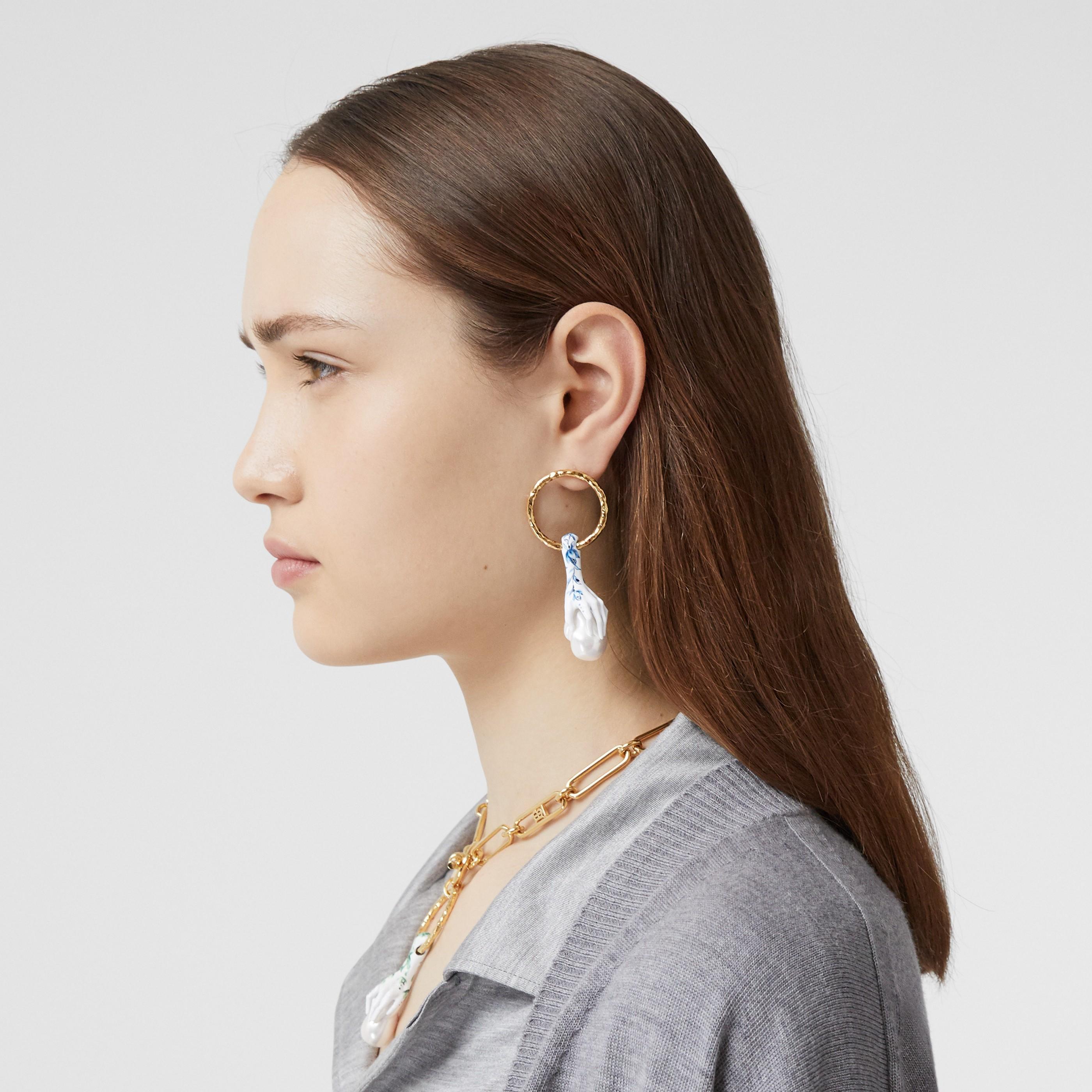 Orecchini placcati in oro con perla in resina e dettagli smaltati (Chiaro) | Burberry - 3