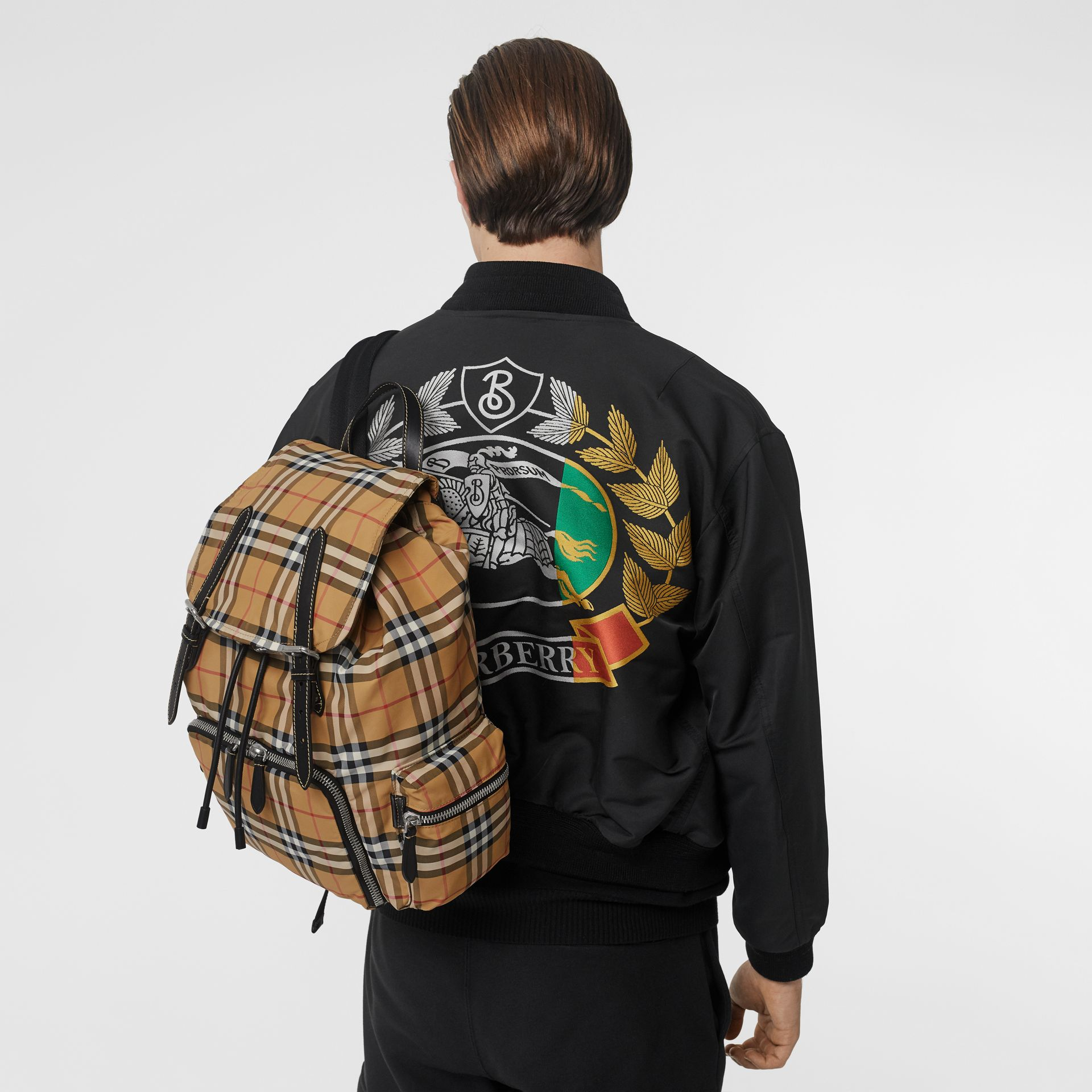 Grand sac The Rucksack en nylon à motif Vintage check (Jaune Antique) - Homme | Burberry - photo de la galerie 2