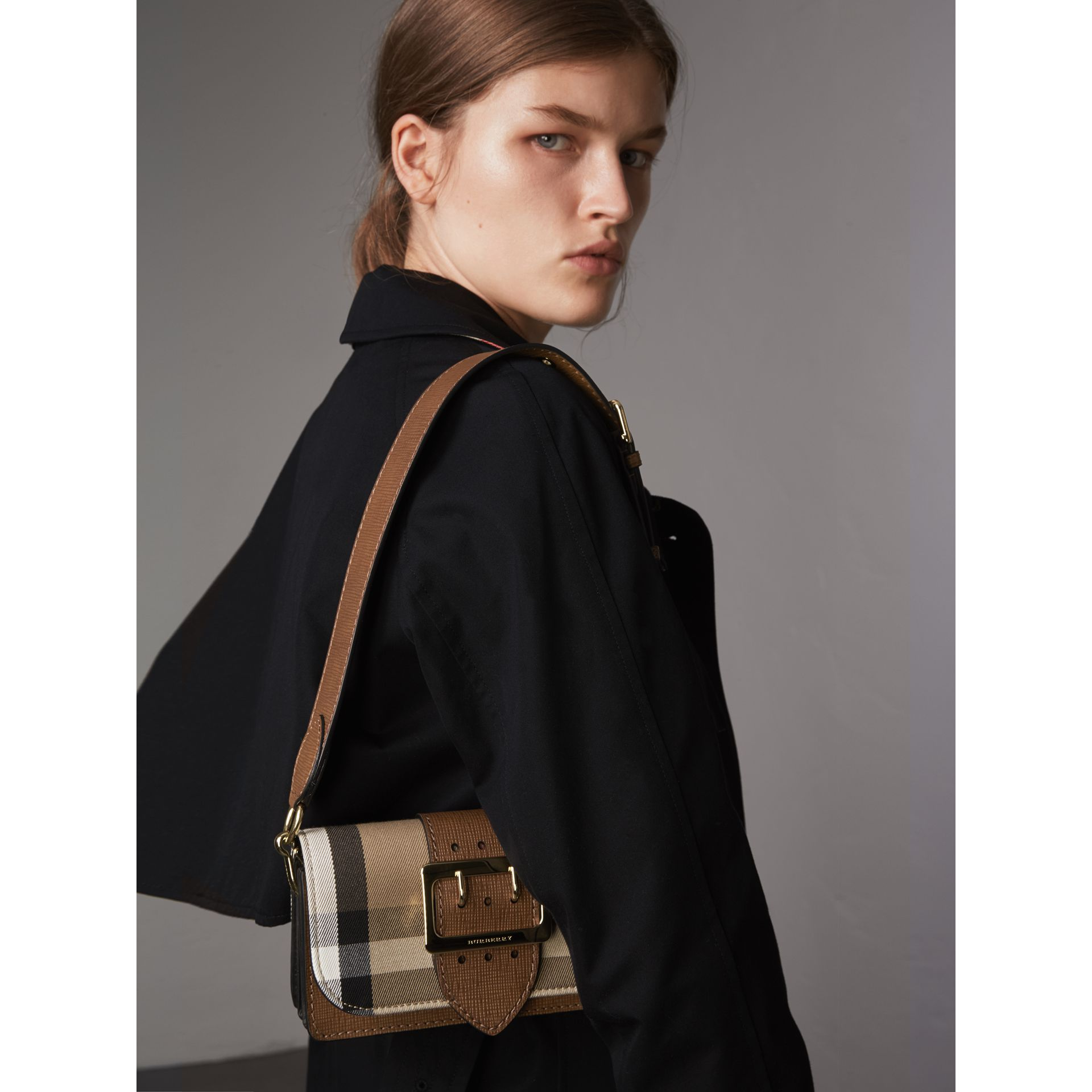 Borsa The Buckle piccola con motivo House check e pelle (Marroncino) - Donna | Burberry - immagine della galleria 6