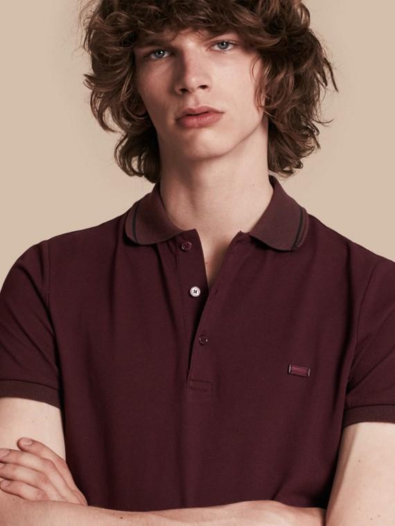 Poloshirt aus Baumwollpiqué mit Kontrastbesatz Burgunderrot/schwarz