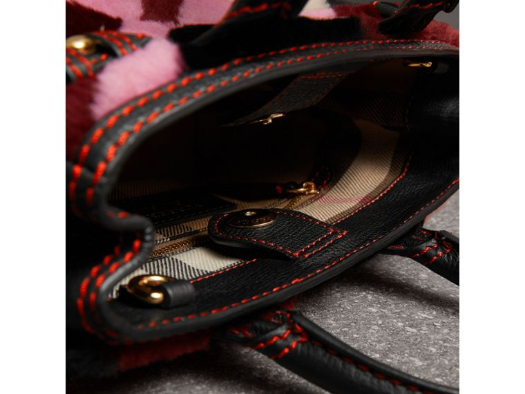 Sac The Baby Banner en cuir et shearling en patchwork façon check (Rose) - Femme | Burberry - cell image 4