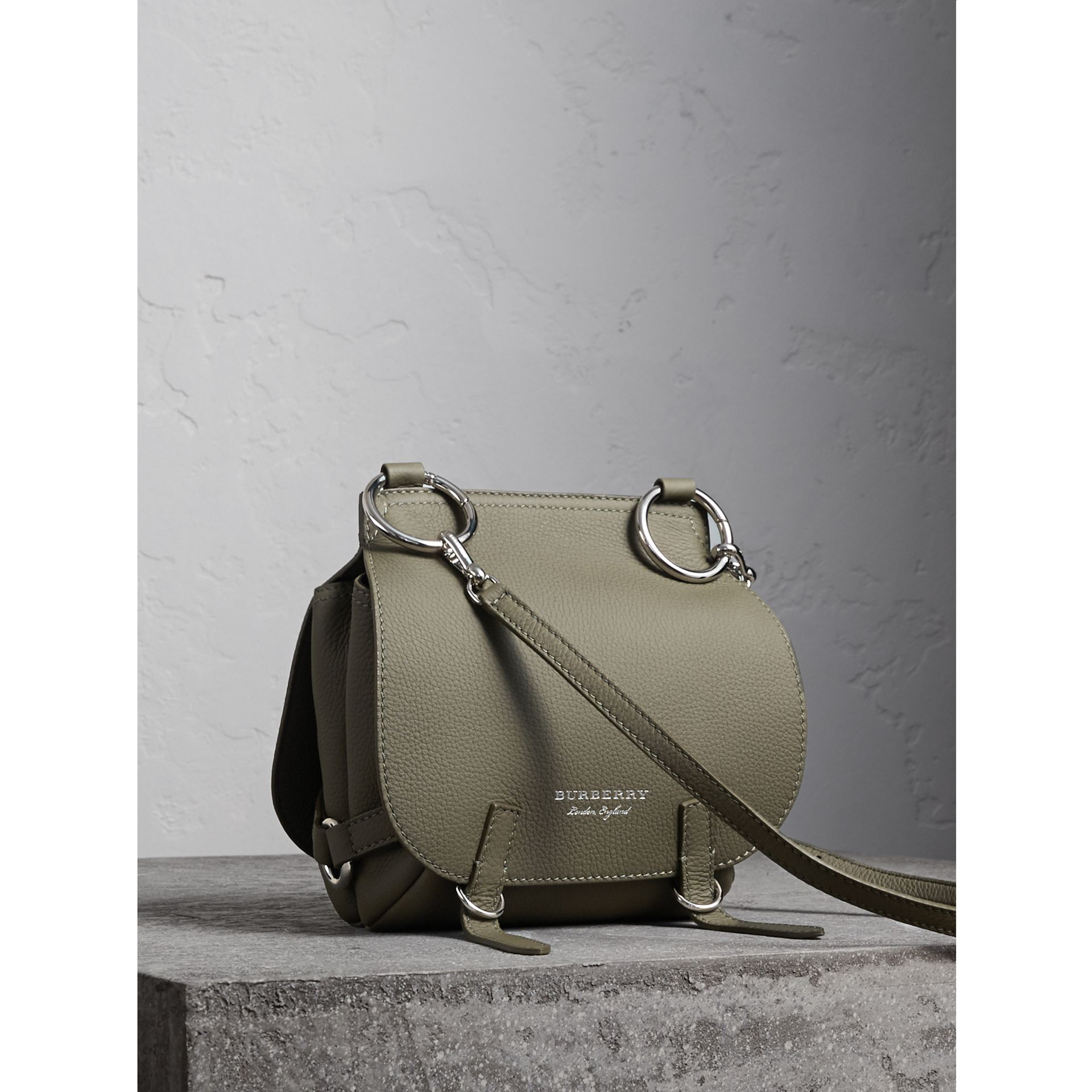 Borsa The Bridle in pelle di cervo (Verde Ardesia) - Donna | Burberry - immagine della galleria 1