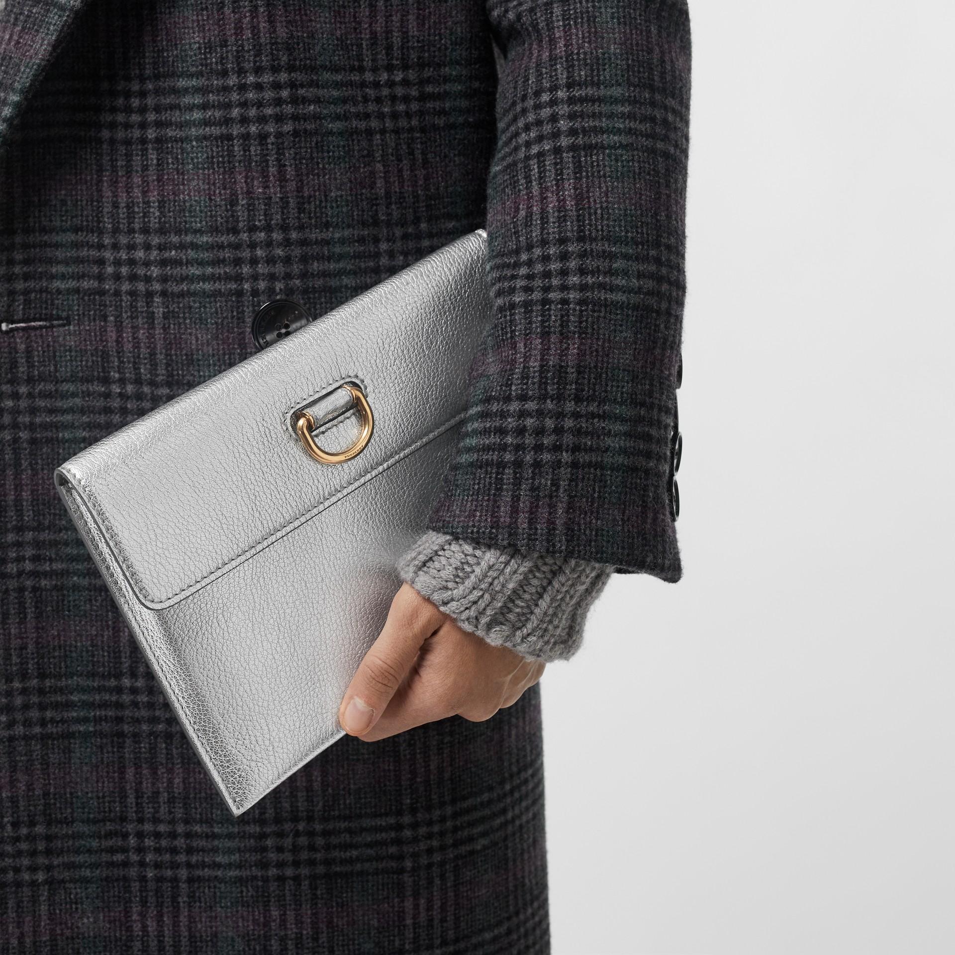 Bolsa pouch de couro metalizado com argola em D e porta-moedas (Prateado) - Mulheres | Burberry - galeria de imagens 3