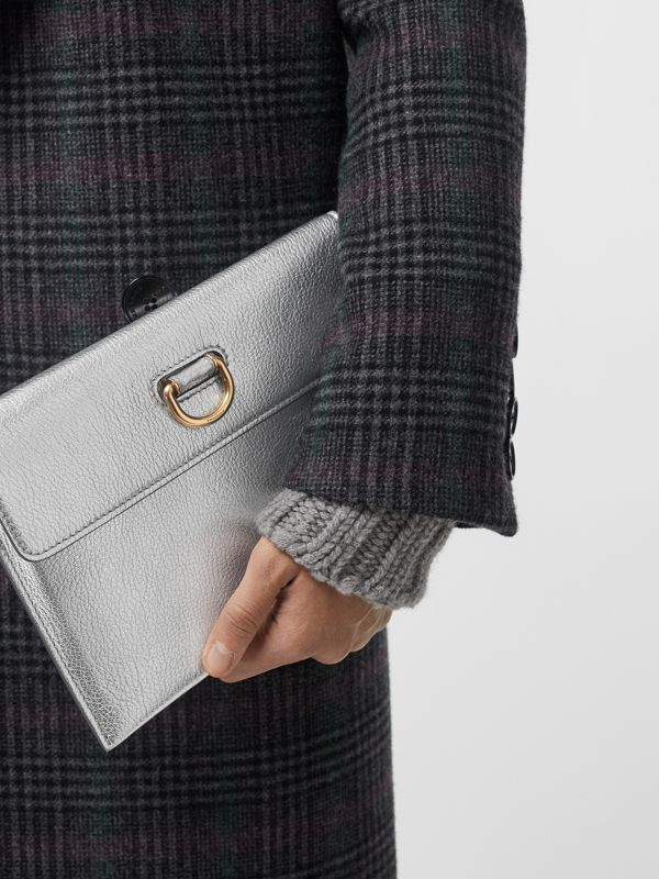 Bolsa pouch de couro metalizado com argola em D e porta-moedas (Prateado) - Mulheres | Burberry - cell image 3
