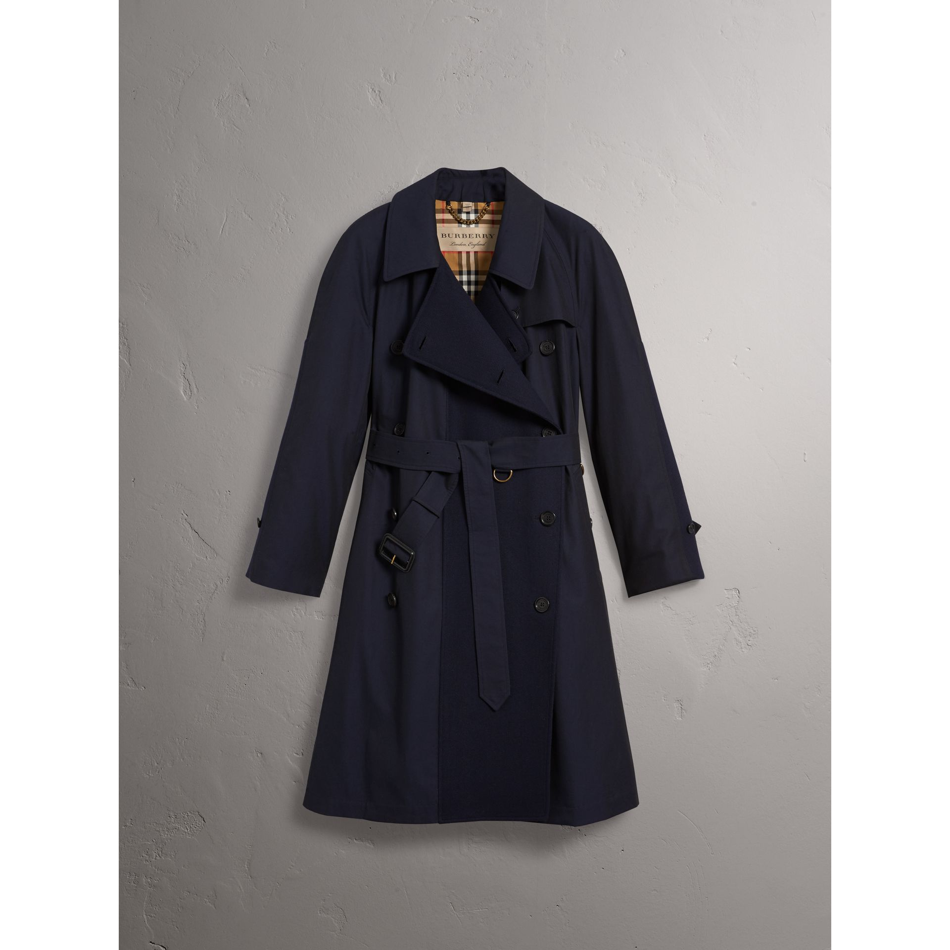 Trench asymétrique en gabardine tropicale (Bleu Carbone) - Femme | Burberry - photo de la galerie 3