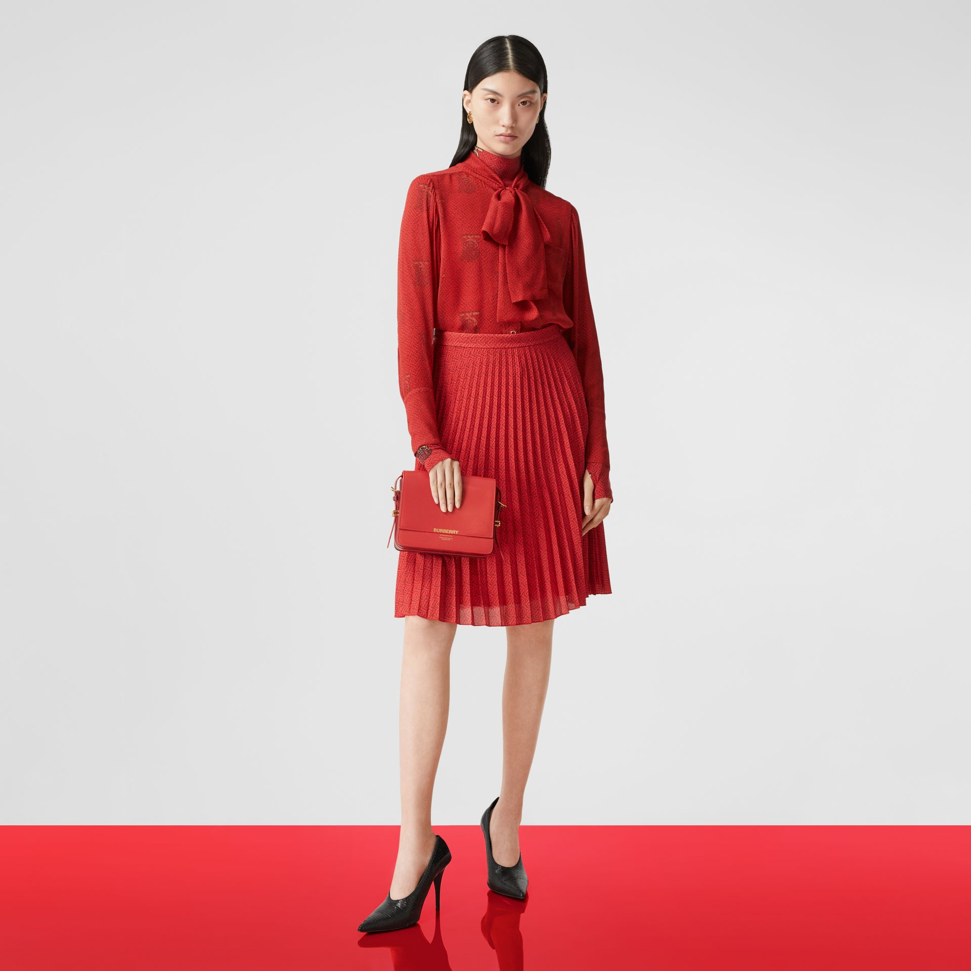 Blusa en gasa de seda con lazada al cuello y estampado de monogramas (Rojo Intenso) - Mujer | Burberry - imagen de la galería 6