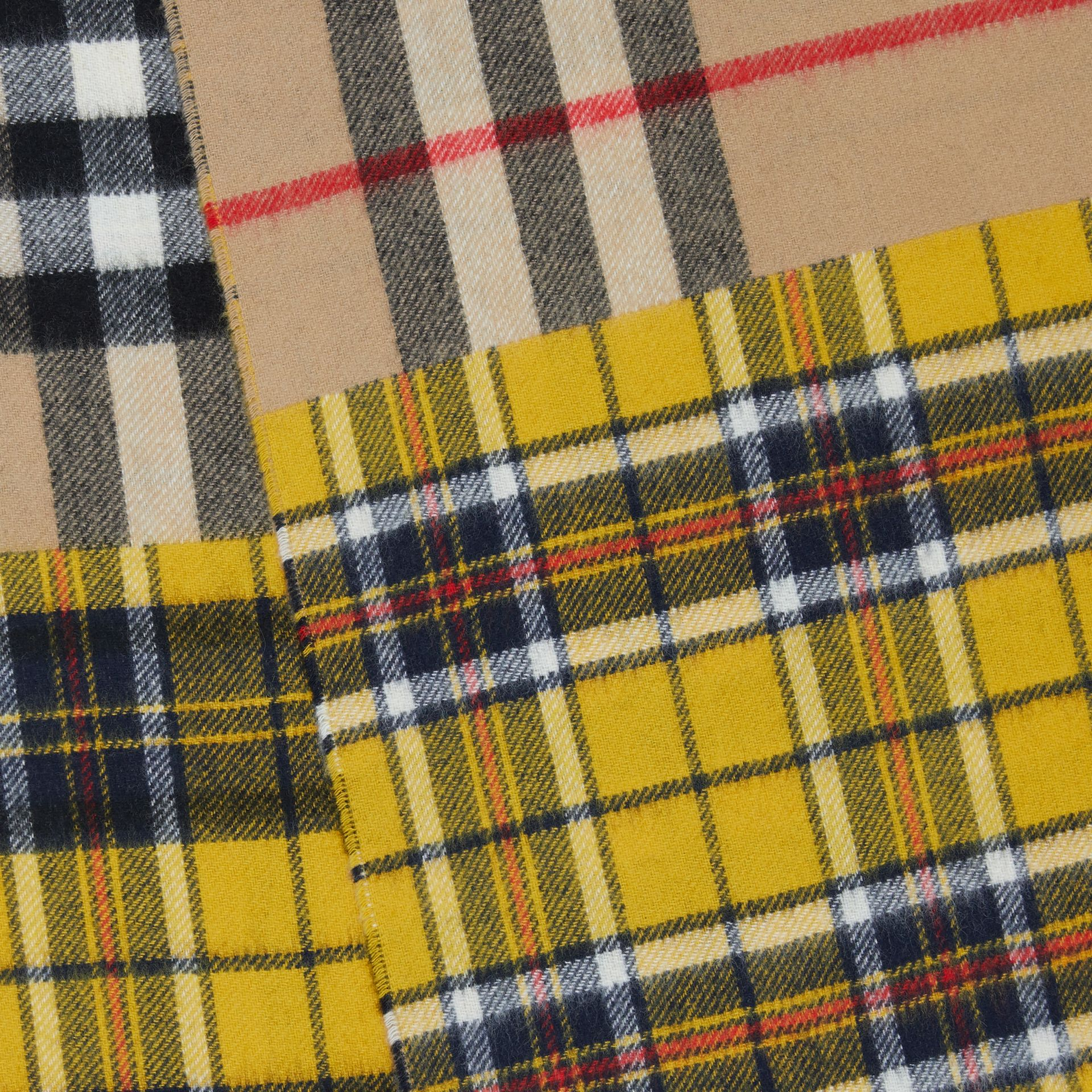 對比格紋喀什米爾美麗諾羊毛提花圍巾 (鮮黃色) | Burberry - 圖庫照片 1