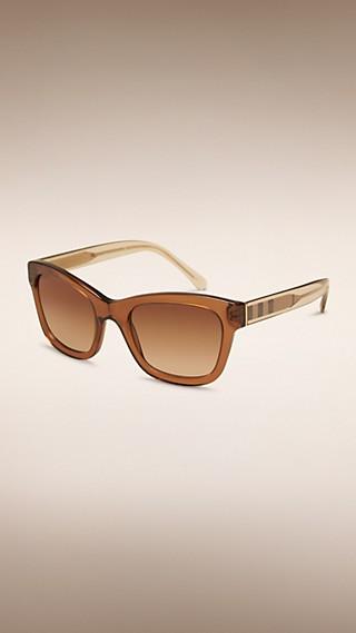 Gafas de sol con montura de ojo de gato y detalle de checks