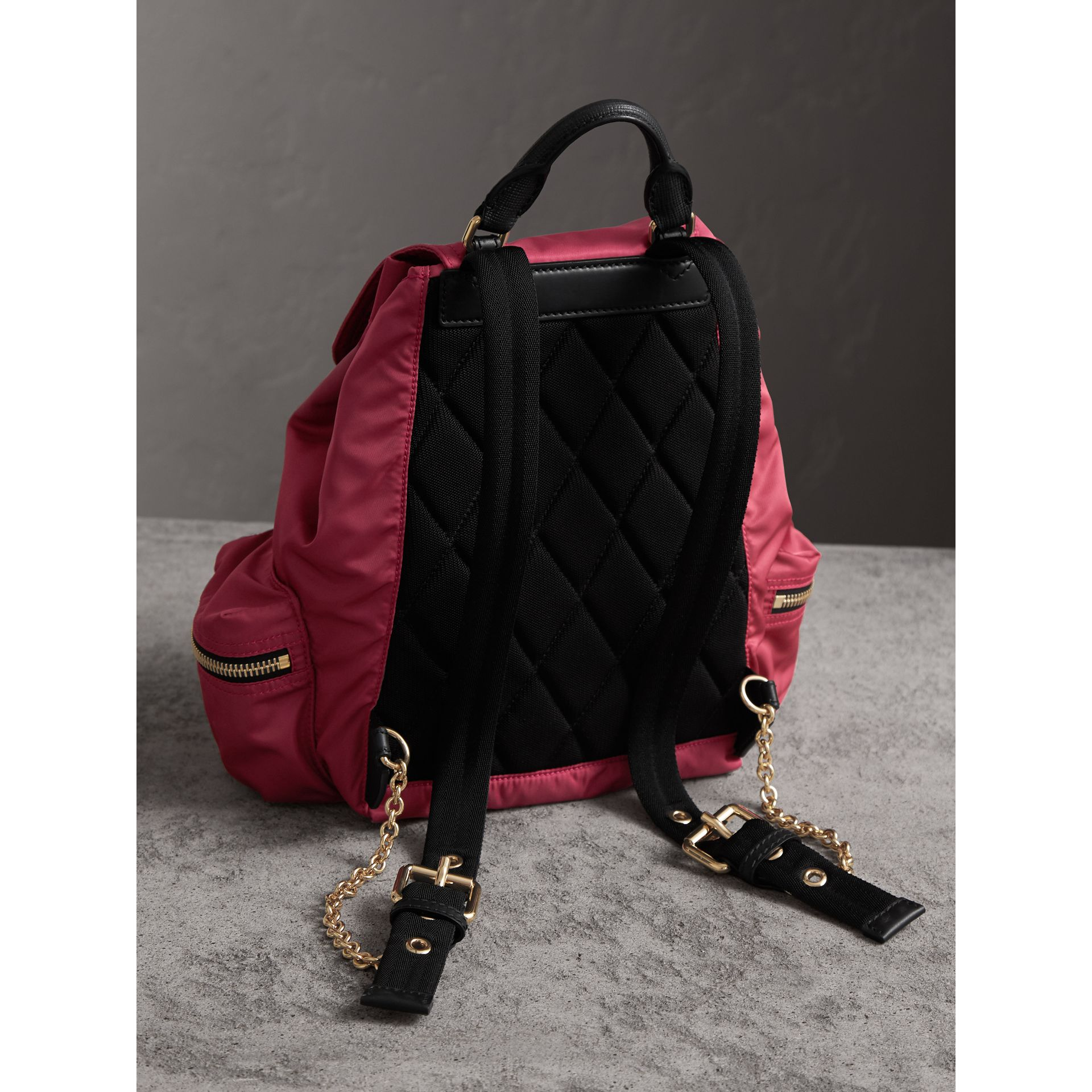 Zaino The Rucksack medio in nylon tecnico e pelle (Rosa Prugna) - Donna | Burberry - immagine della galleria 3