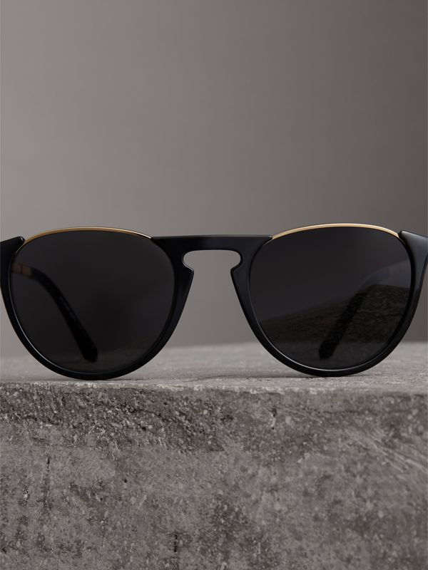 Keyhole Pilot Round Frame Sunglasses in Black - Men | Burberry Hong Kong - cell image 2