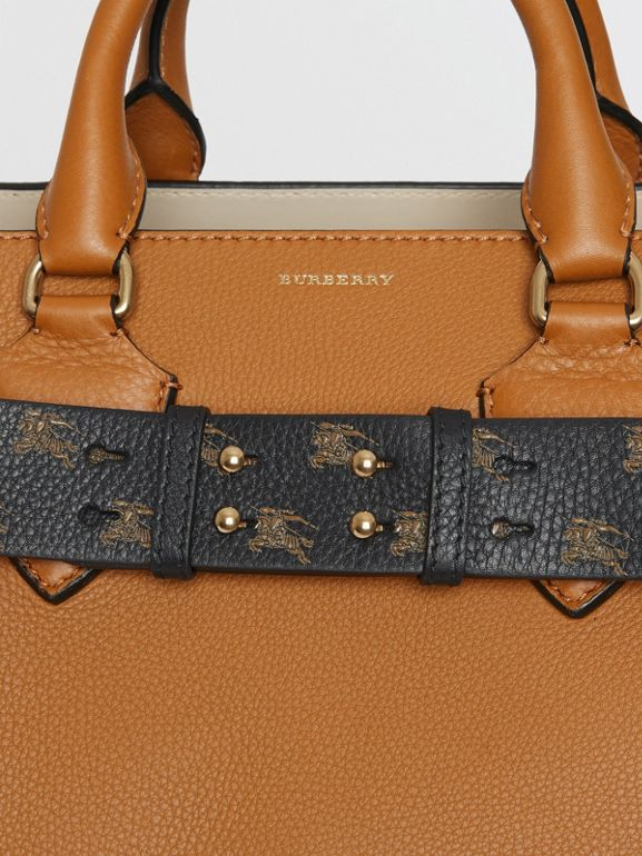 Cintura in pelle con marchio del cavaliere equestre per la borsa The Belt media (Nero/nocciola) - Donna | Burberry - cell image 1