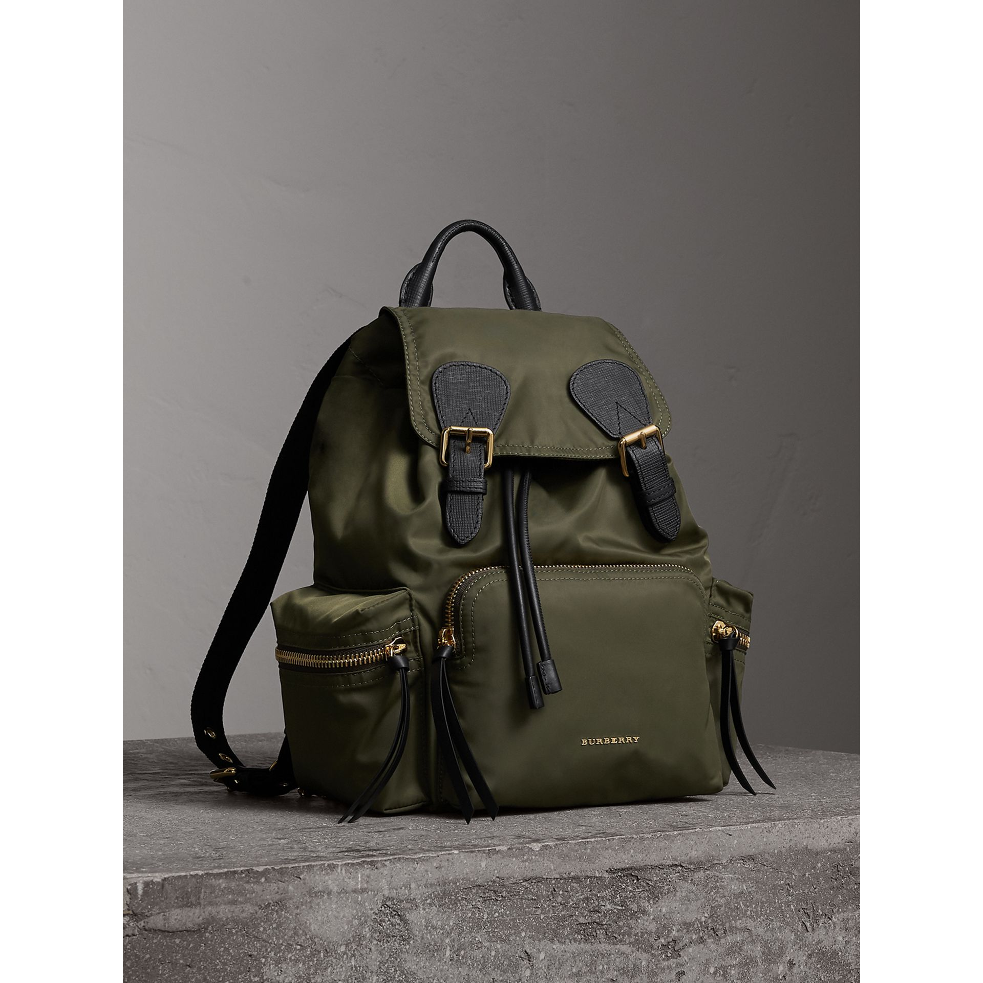 Zaino The Rucksack medio in nylon tecnico e pelle (Verde Tela) - Donna | Burberry - immagine della galleria 0