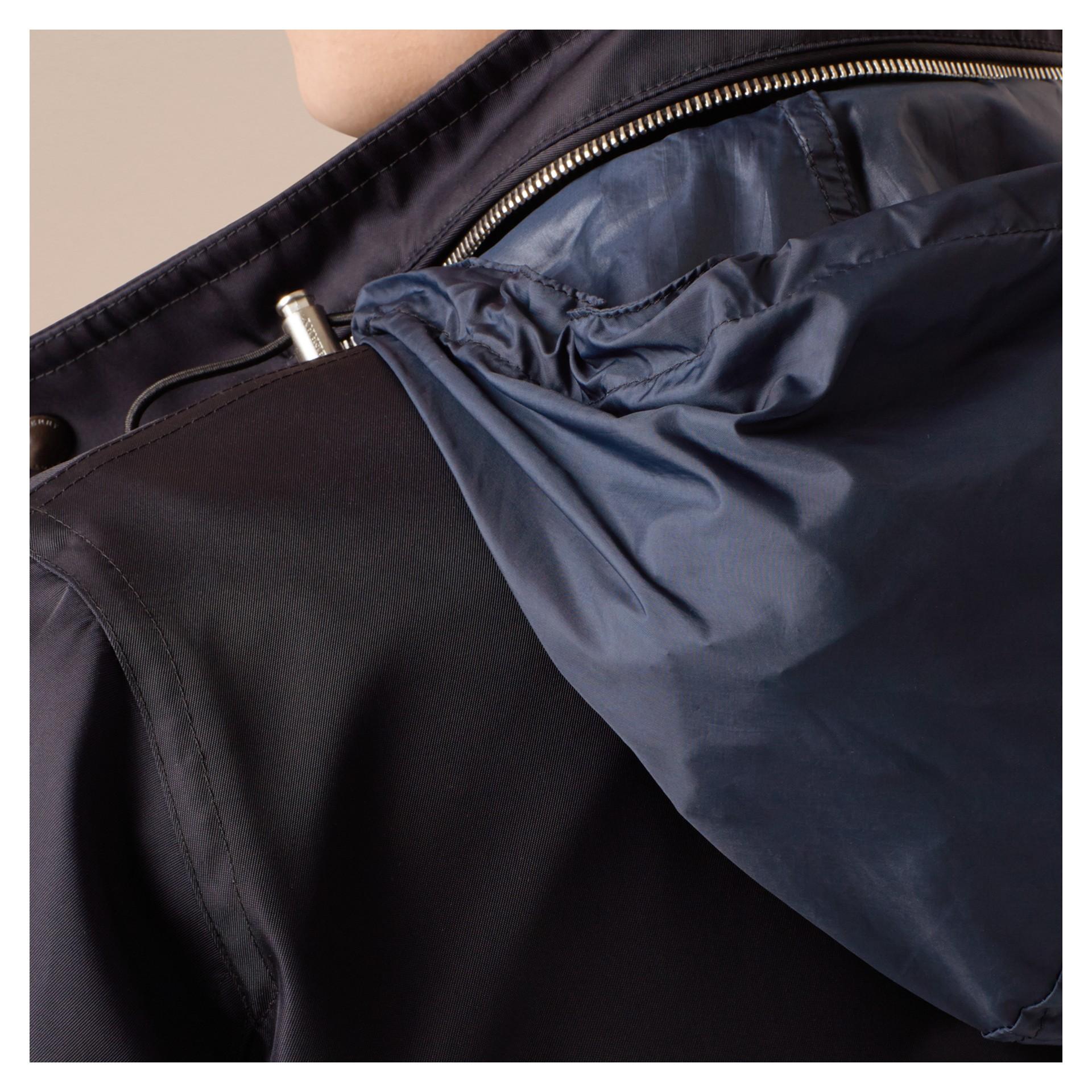 Marine Veste en tissu technique à capuche repliable - photo de la galerie 5