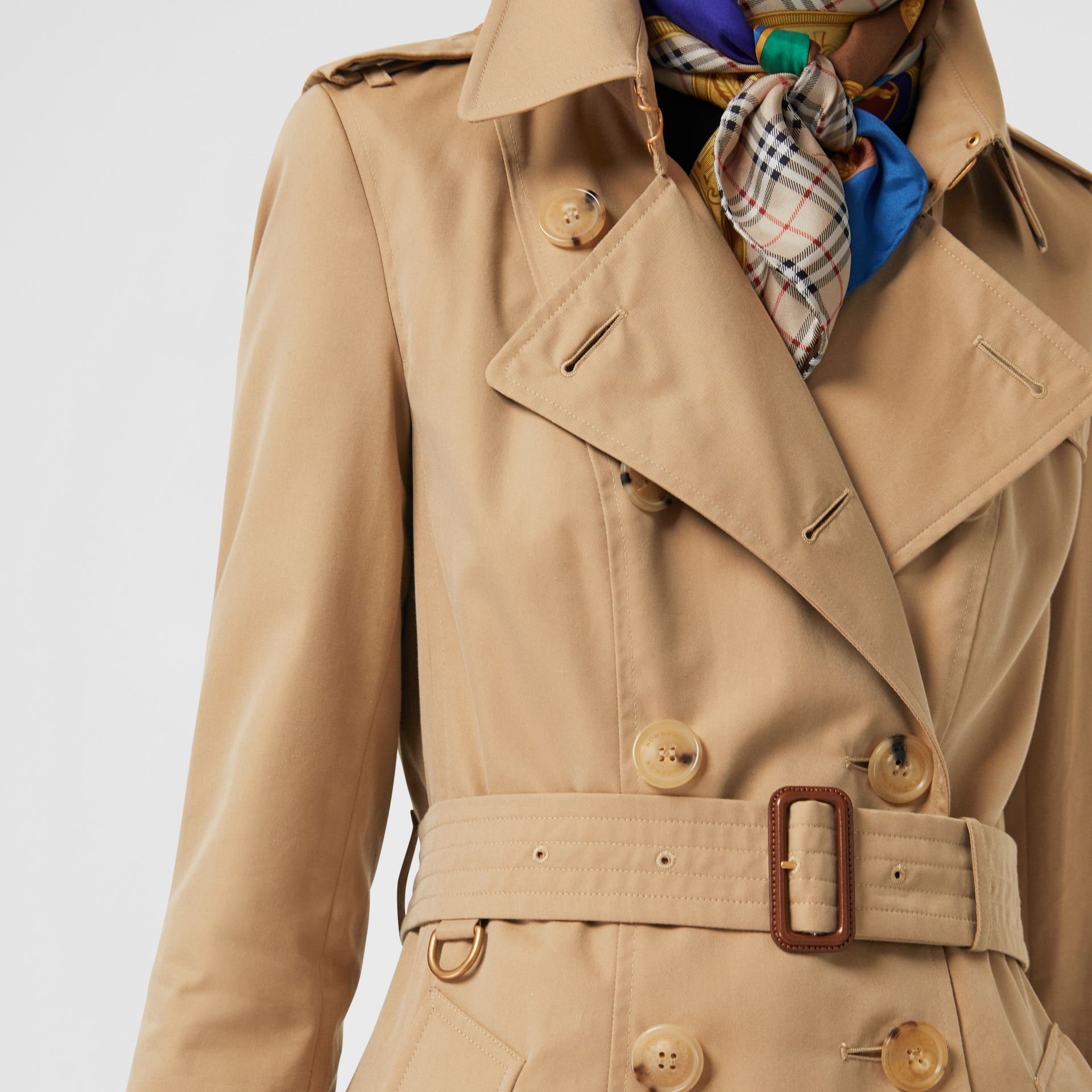 The Long Chelsea Heritage Trench Coat in Honey - Women | Burberry United Kingdom - gallery image 4