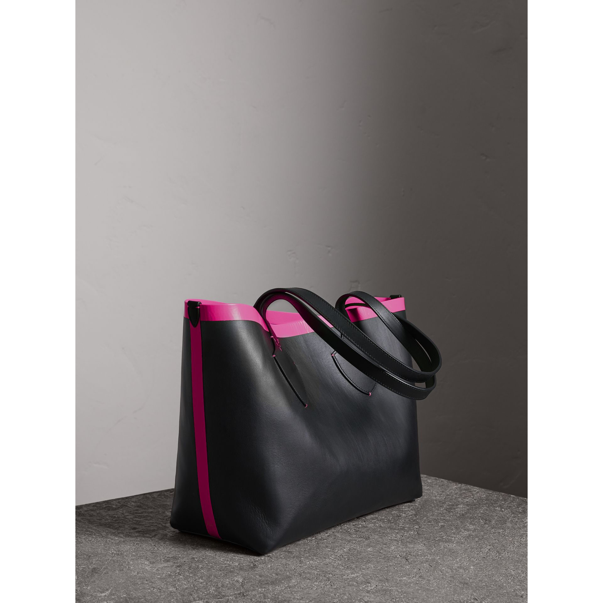 The Medium Giant Reversible Tote in Canvas and Leather in Black/neon Pink | Burberry - gallery image 2