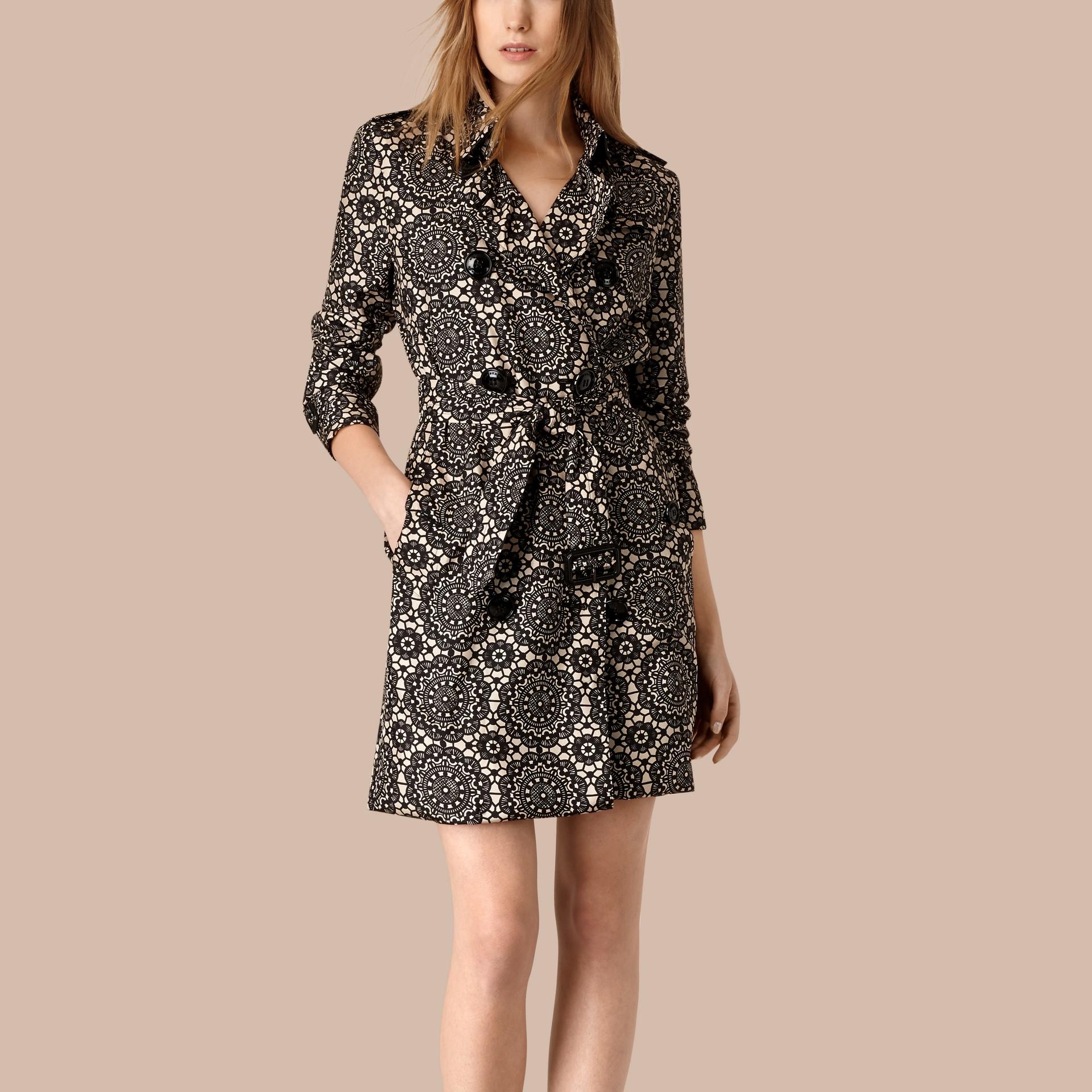 Areia/preto Trench coat de seda sem forro com estampa de renda - galeria de imagens 1