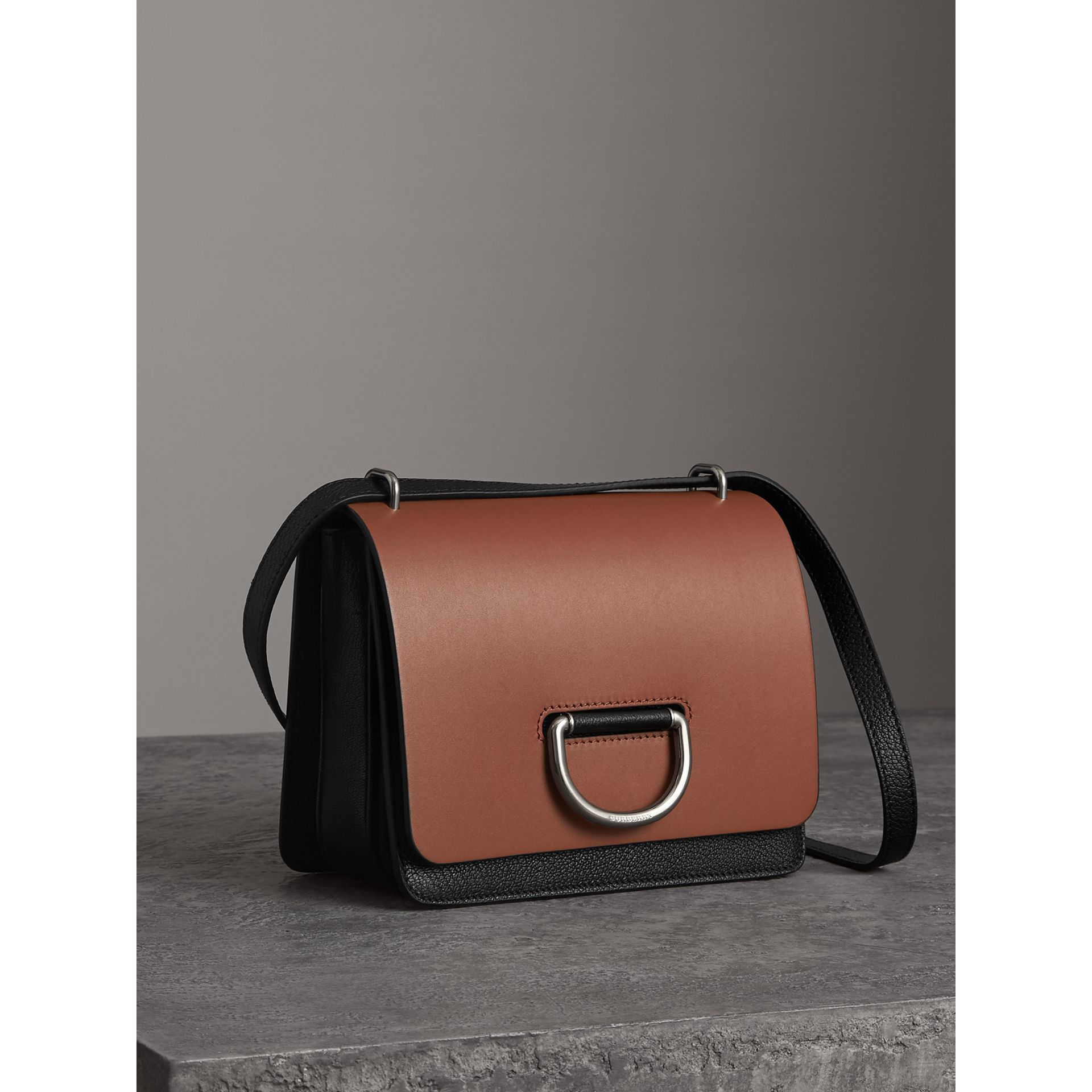 Borsa The D-ring piccola in pelle (Marroncino/nero) - Donna | Burberry - immagine della galleria 6
