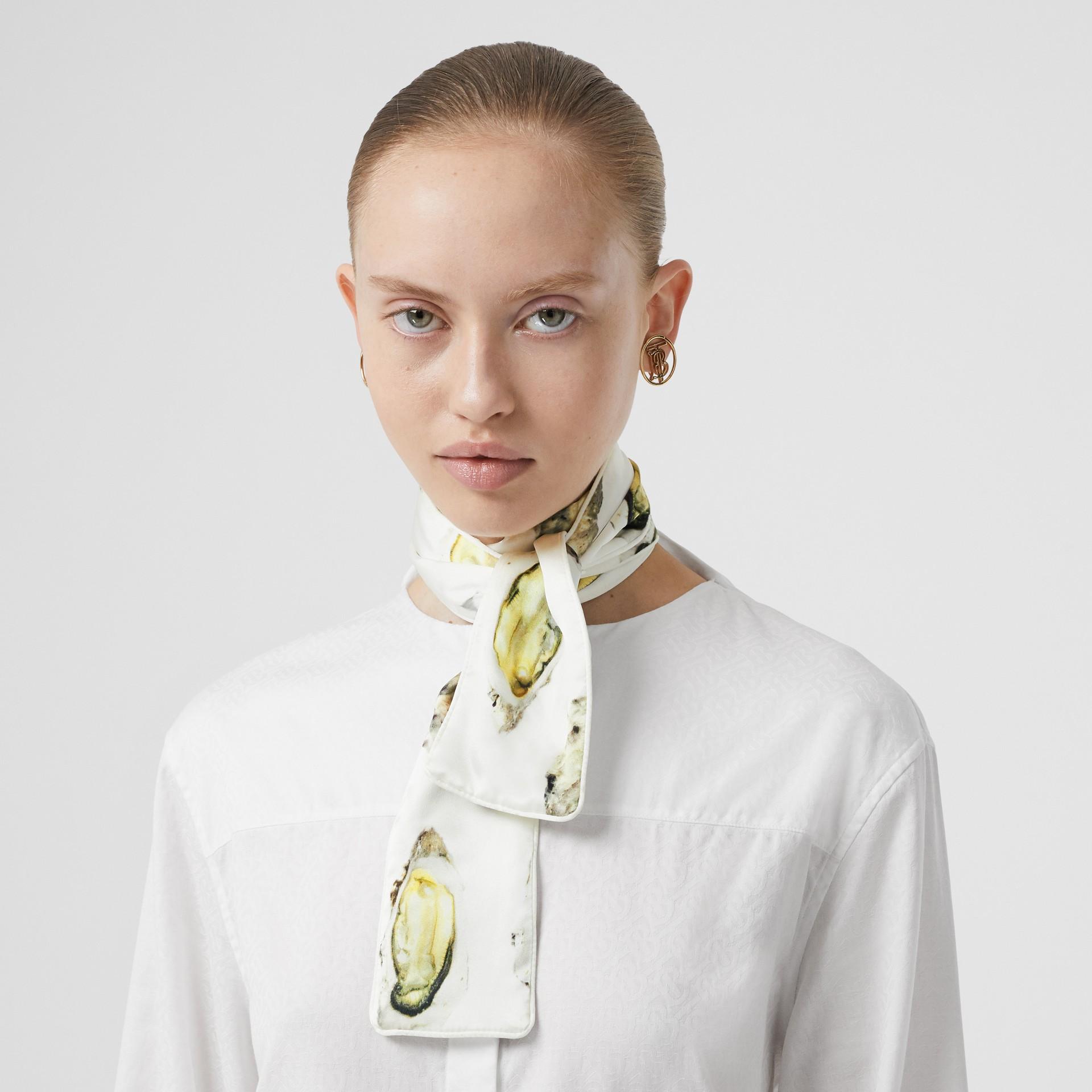 牡蠣印花絲質緞面窄版圍巾 (自然白) | Burberry - 圖庫照片 2