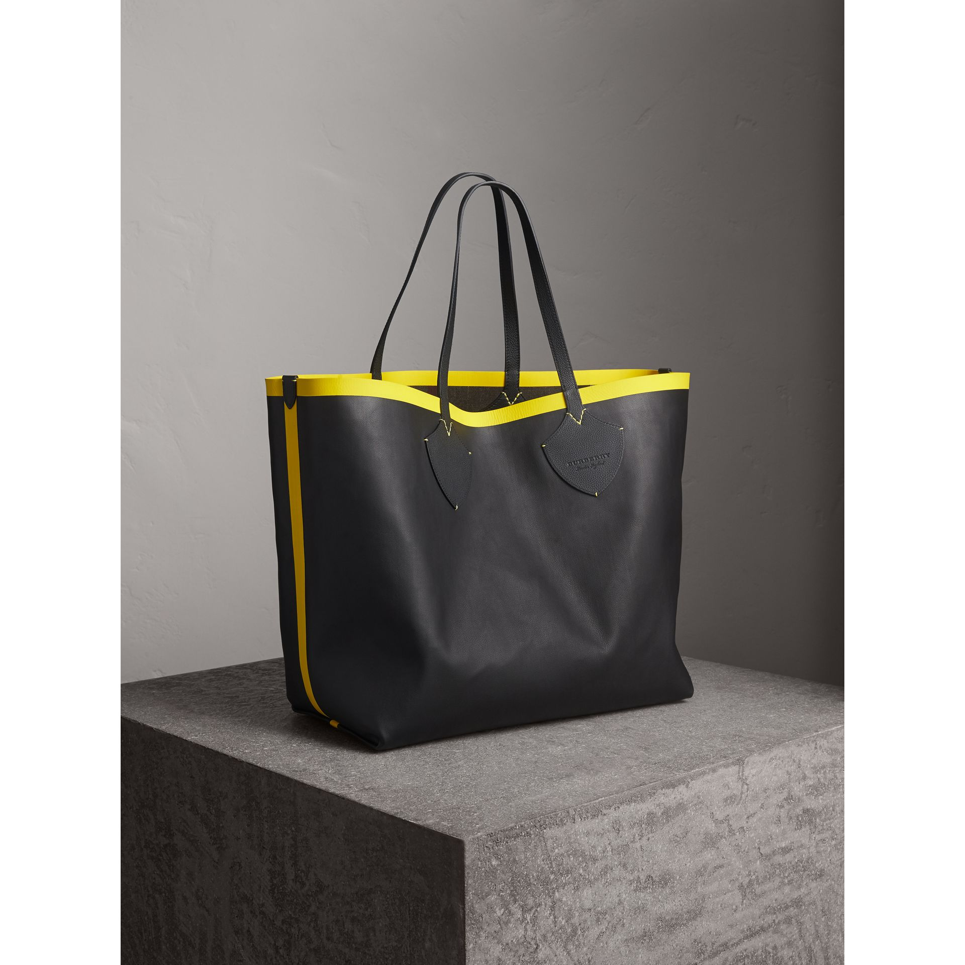 The Giant Reversible Tote in Canvas Check and Leather in Black/neon Yellow | Burberry - gallery image 8
