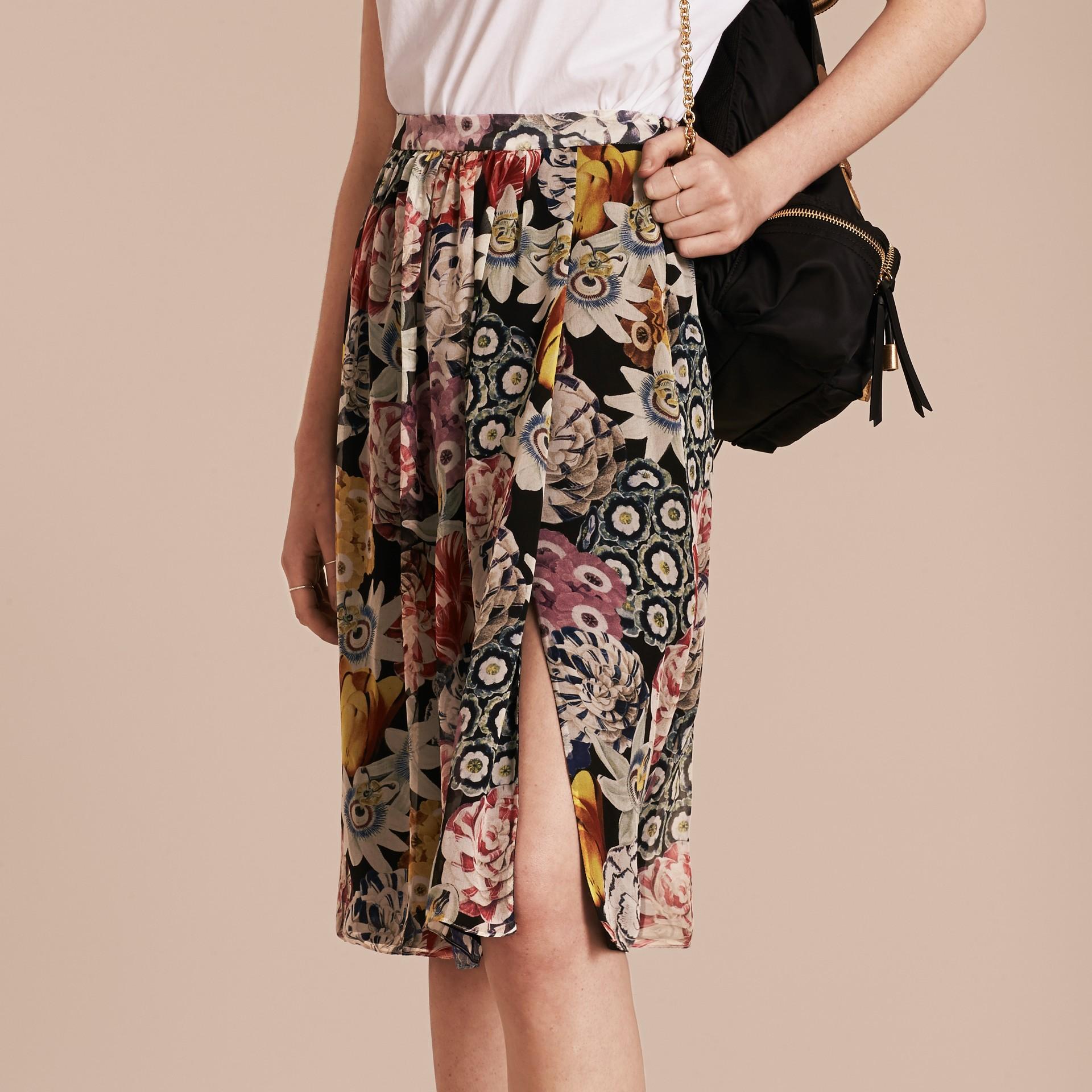 Schwarz Geraffter Seidenrock mit floralem Muster - Galerie-Bild 6
