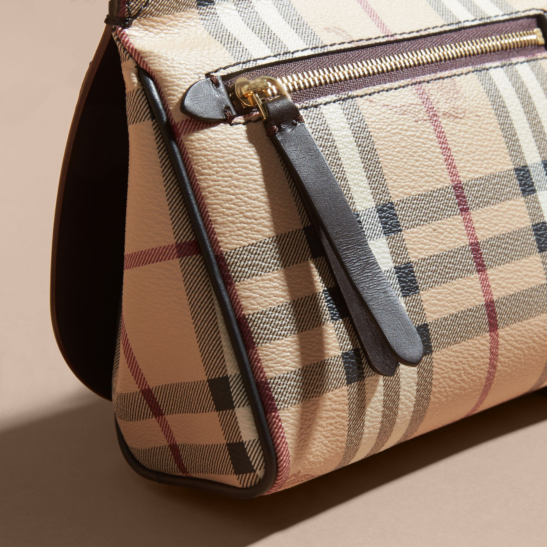 Sac The Baby Bridle en cuir et tissu Haymarket check (Marron Girofle Sombre) - Femme | Burberry - photo de la galerie 6