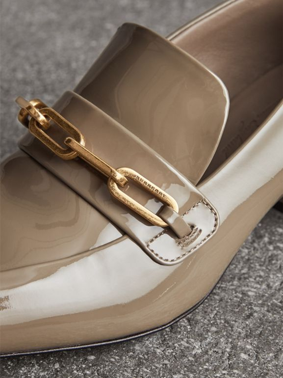 Loafer aus Lackleder mit Blockabsatz und Kettendetail (Taupe-grau) - Damen | Burberry - cell image 1