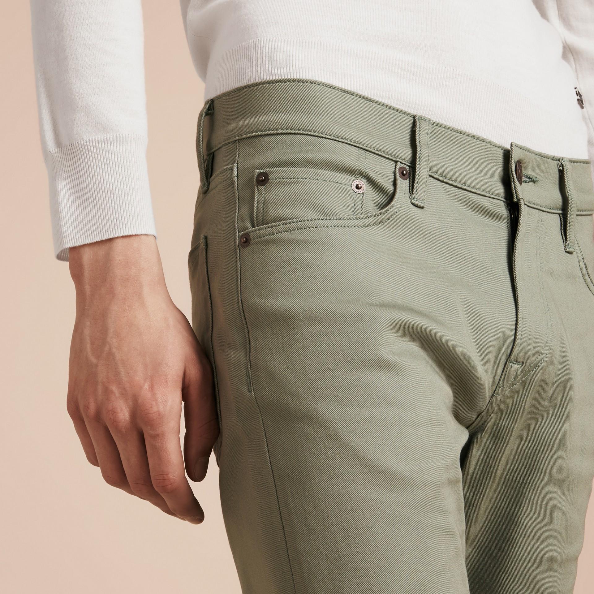 Eukalyptusgrün Körperbetonte Jeans aus japanischem Stretchdenim Eukalyptusgrün - Galerie-Bild 5
