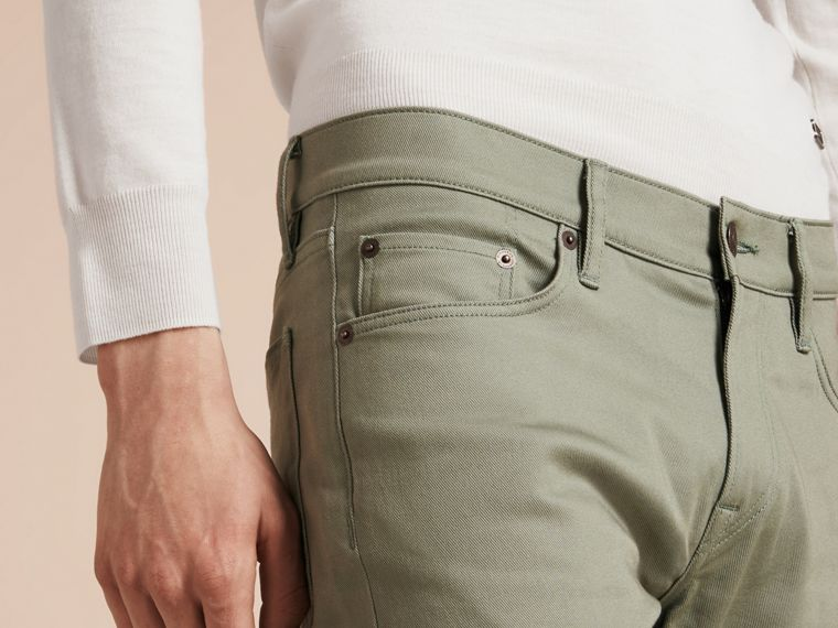 Eukalyptusgrün Körperbetonte Jeans aus japanischem Stretchdenim Eukalyptusgrün - cell image 4