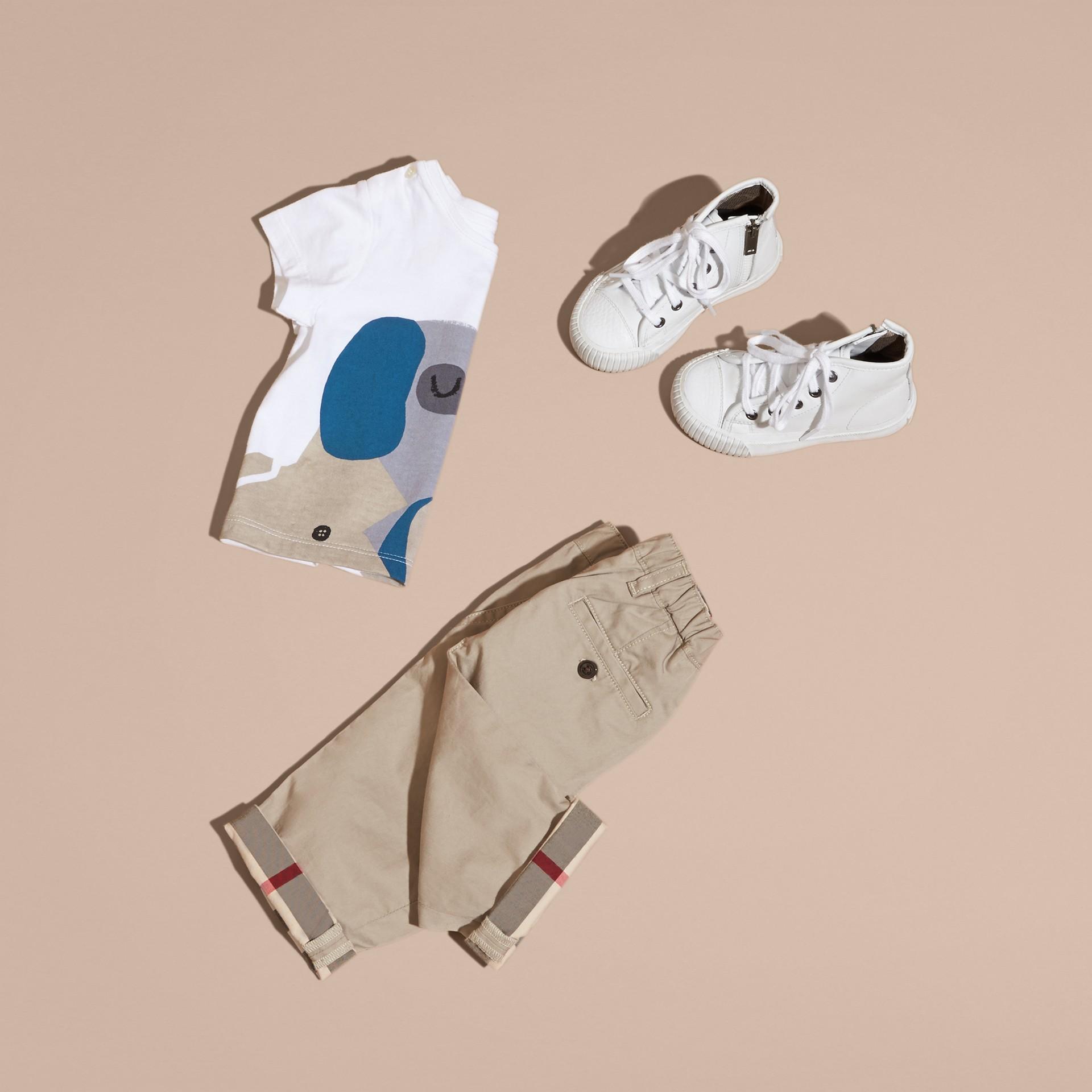 Bianco T-shirt in cotone con cane - immagine della galleria 5