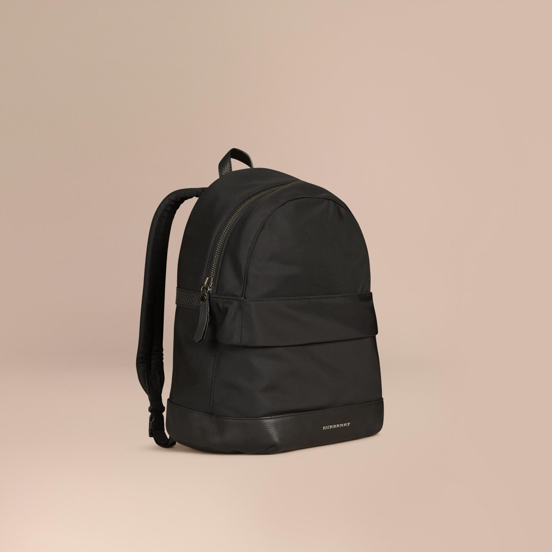 黑色 皮革細節設計尼龍後背包 - 圖庫照片 1