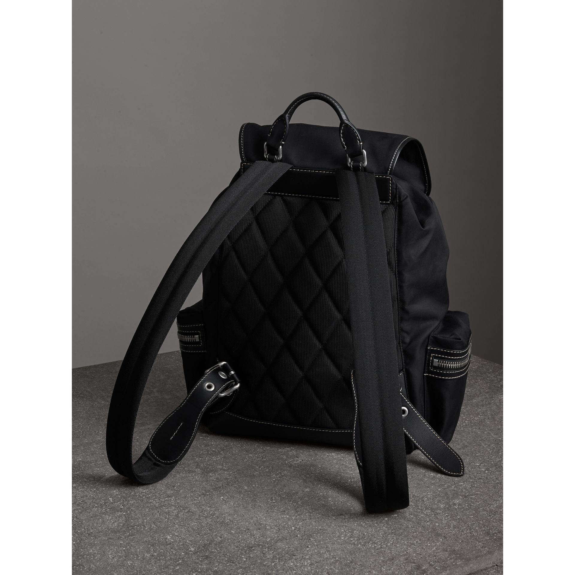Grand sac The Rucksack en toile de coton (Noir) - Homme | Burberry - photo de la galerie 2