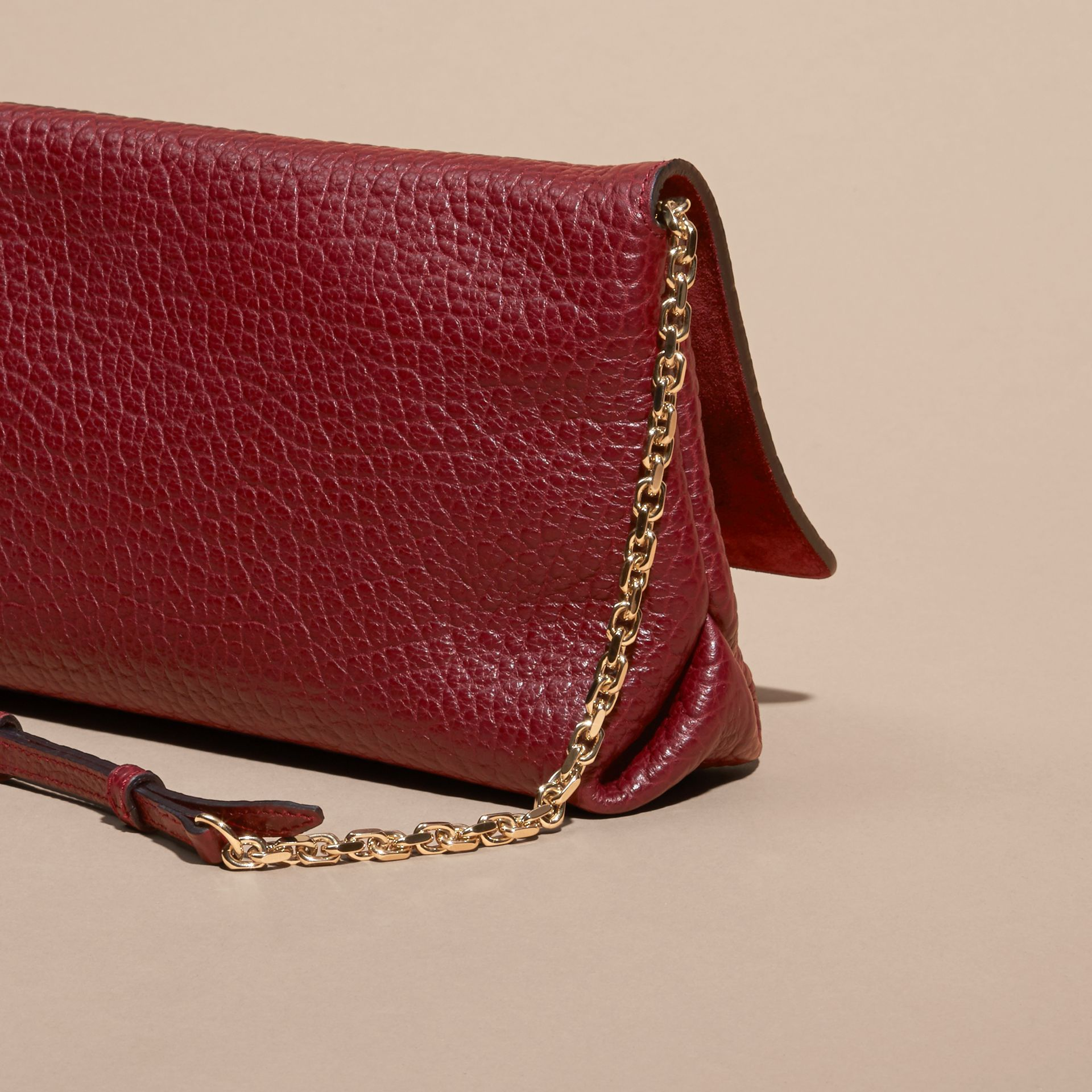 Rouge intense Clutch medium en cuir grené emblématique - photo de la galerie 4