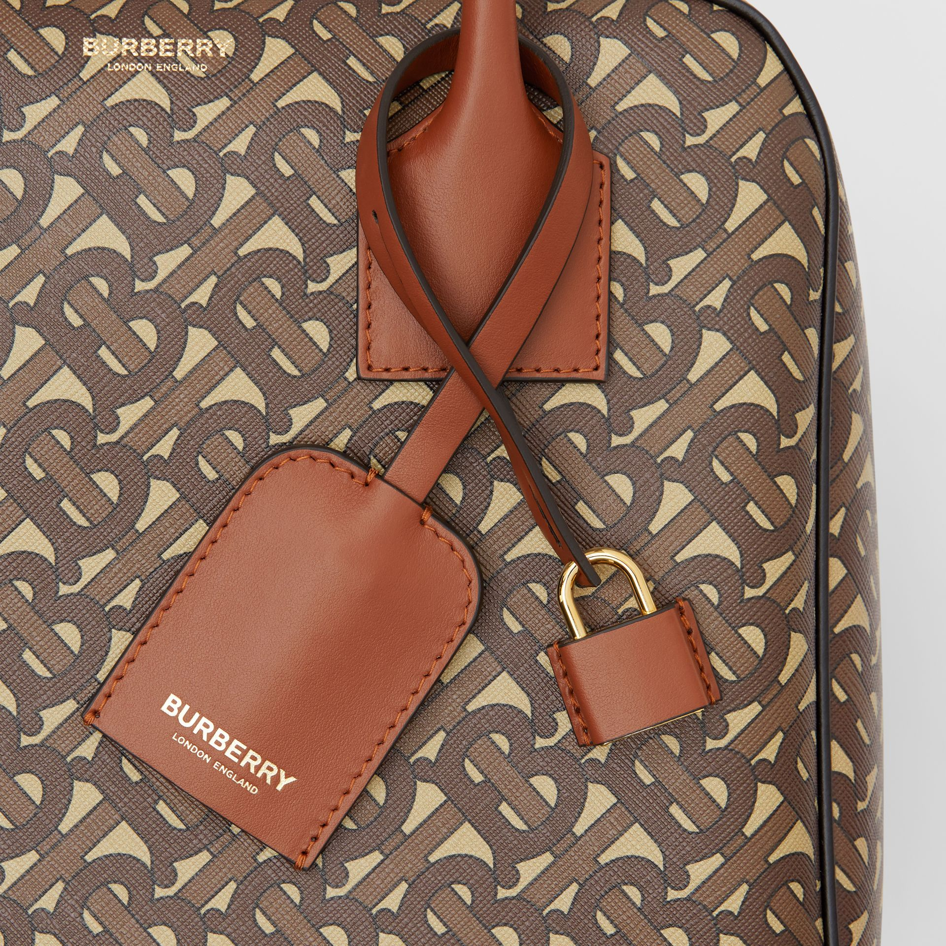 Borsa Cube media in e-canvas con stampa monogramma a righe (Marrone Redini) - Donna | Burberry - immagine della galleria 1
