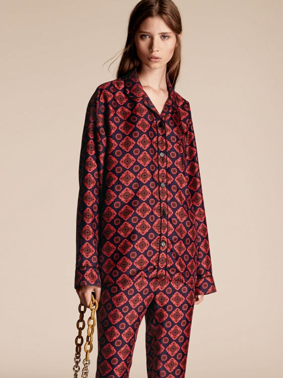 Camisa estilo pijama de seda com estampa de mosaico geométrico