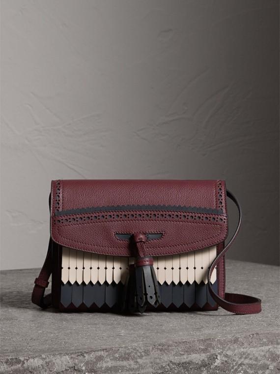 Crossbody-Tasche aus Leder mit Brogue- und Fransendetail (Mahagonirot)