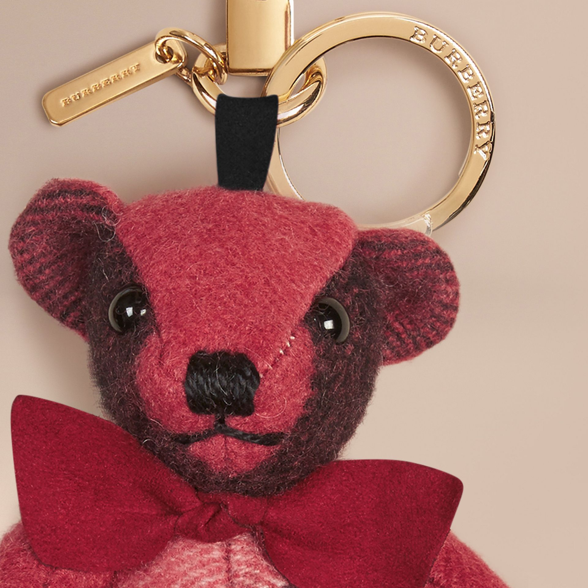 Rose blush Bijou porte-clés Thomas Bear en cachemire à motif check Rose Blush - photo de la galerie 2