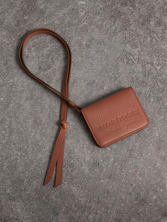 浮雕皮革證件卡片夾墜飾 (栗棕色)
