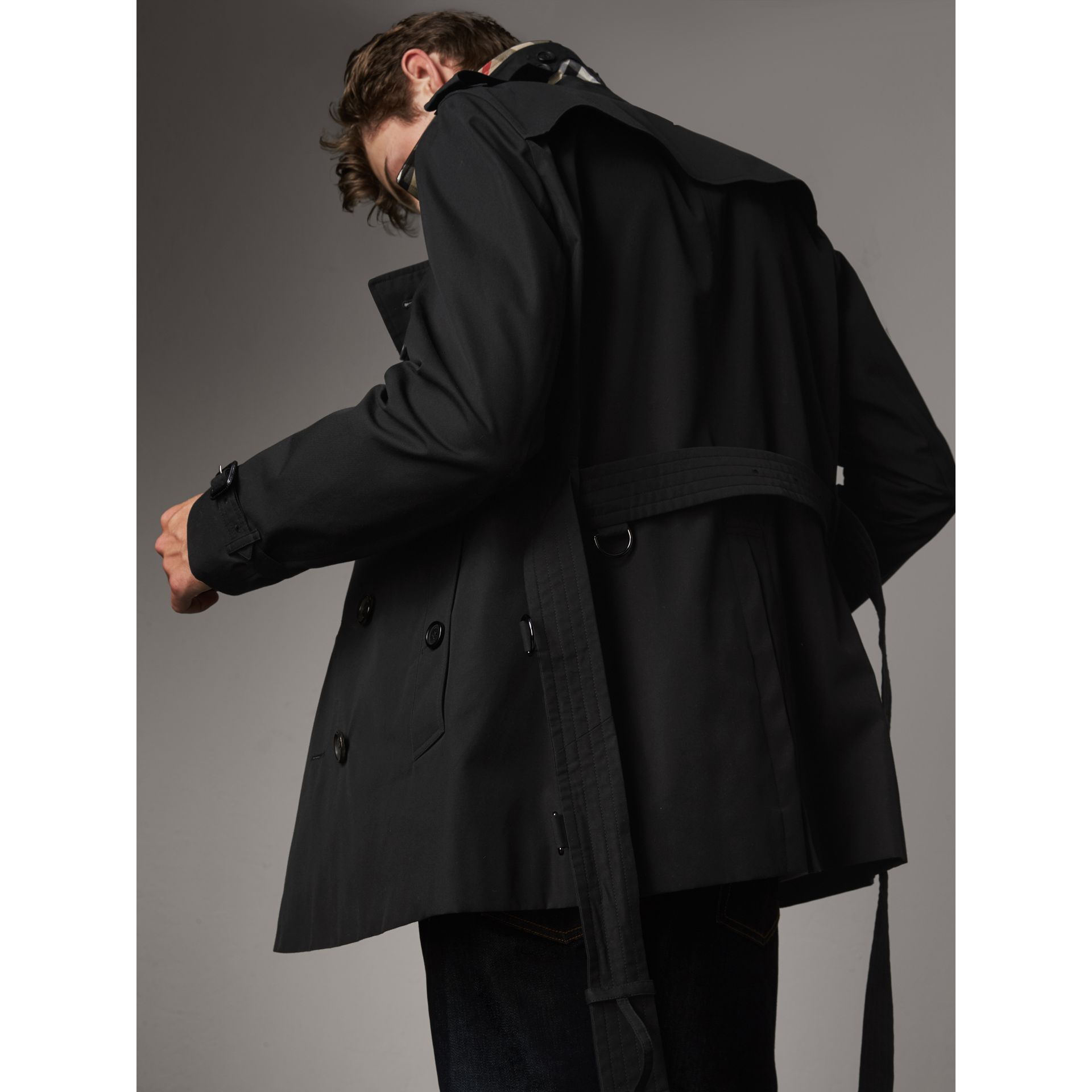 The Chelsea – Short Heritage Trench Coat in Black - Men | Burberry - gallery image 7