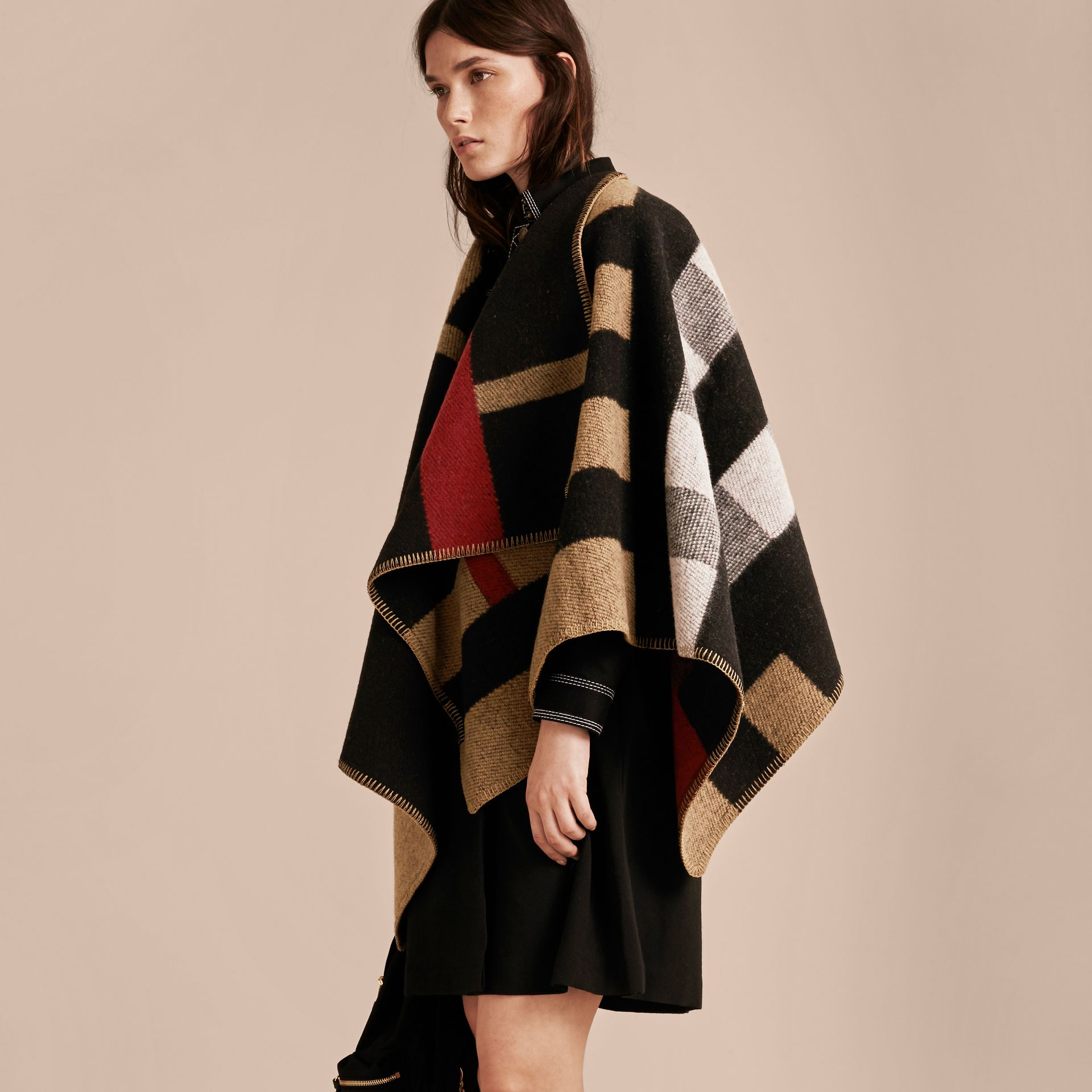 House check/noir Poncho plaid en laine et cachemire à motif check - photo de la galerie 7