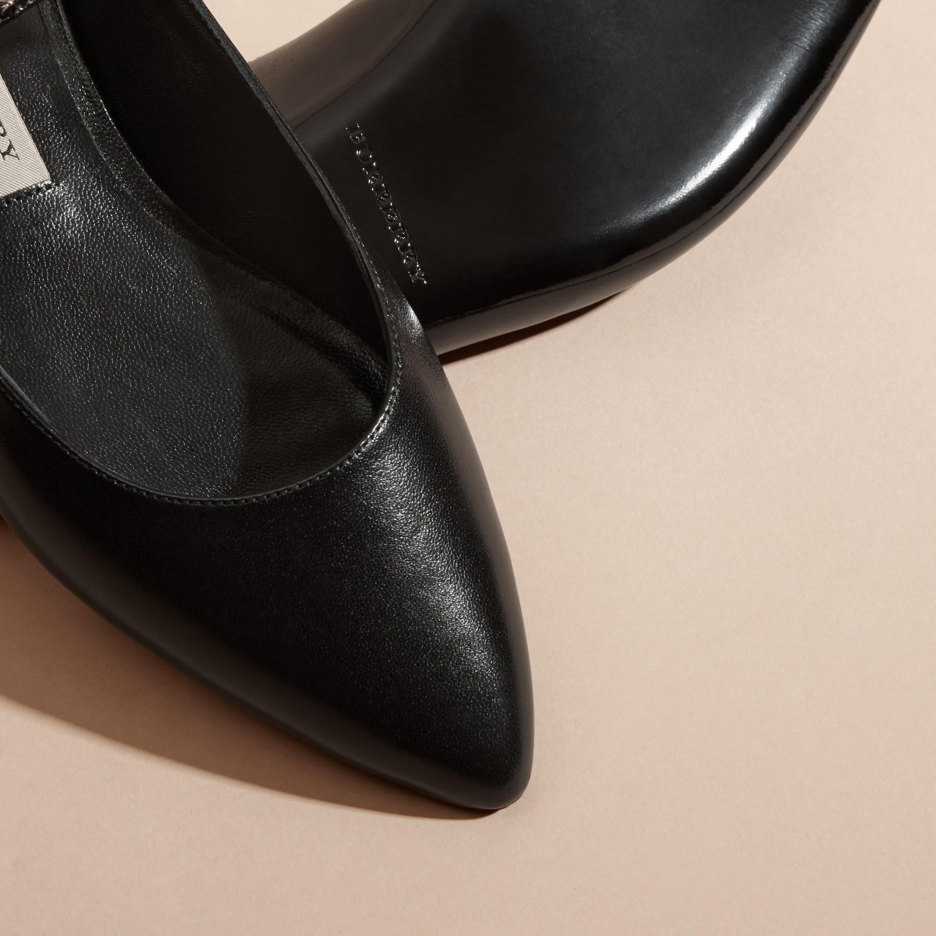 Nero Sandali tipo Chanel in pelle borchiata - immagine della galleria 5