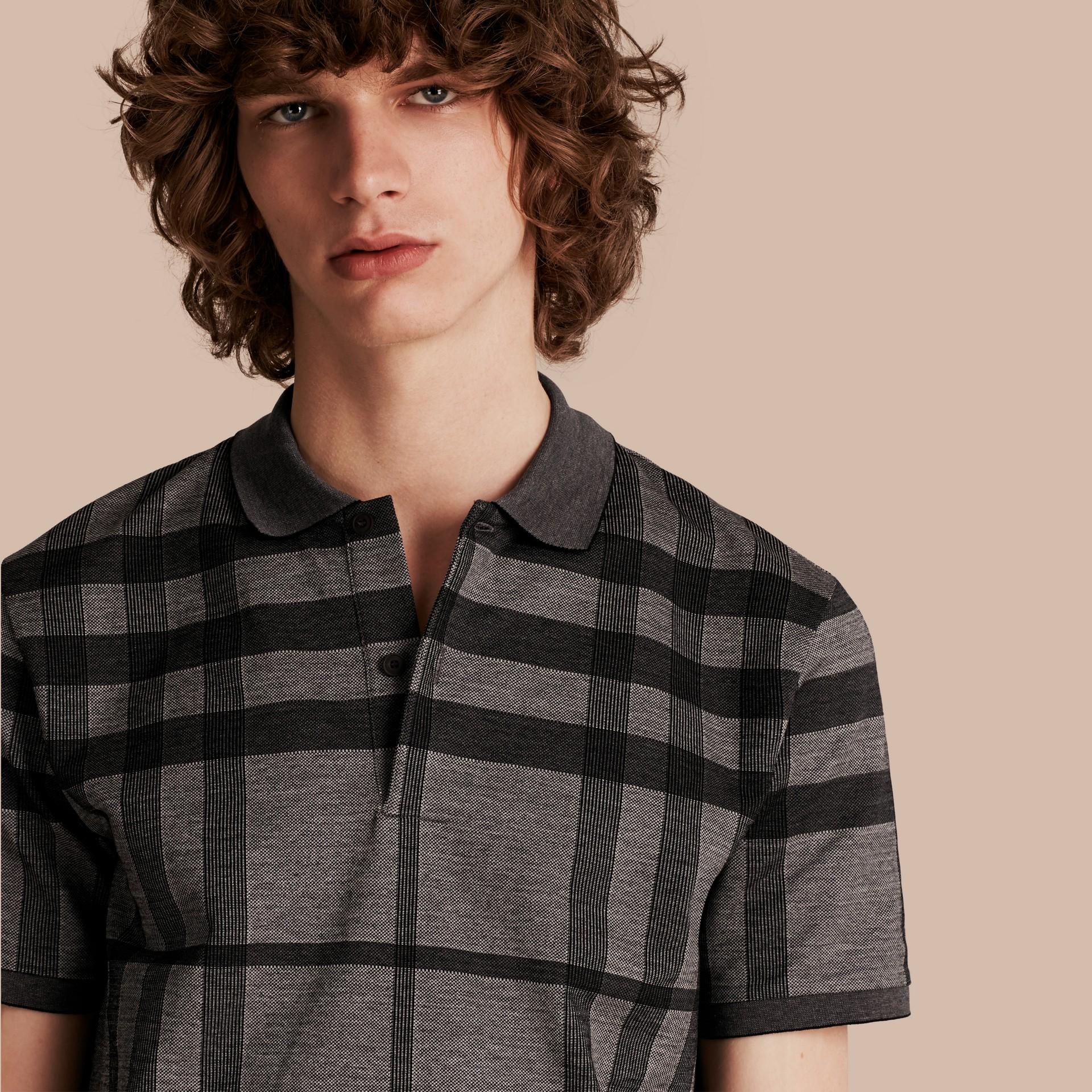 Mittelgrau Poloshirt aus Stretchbaumwolle mit Check-Muster Mittelgrau - Galerie-Bild 1