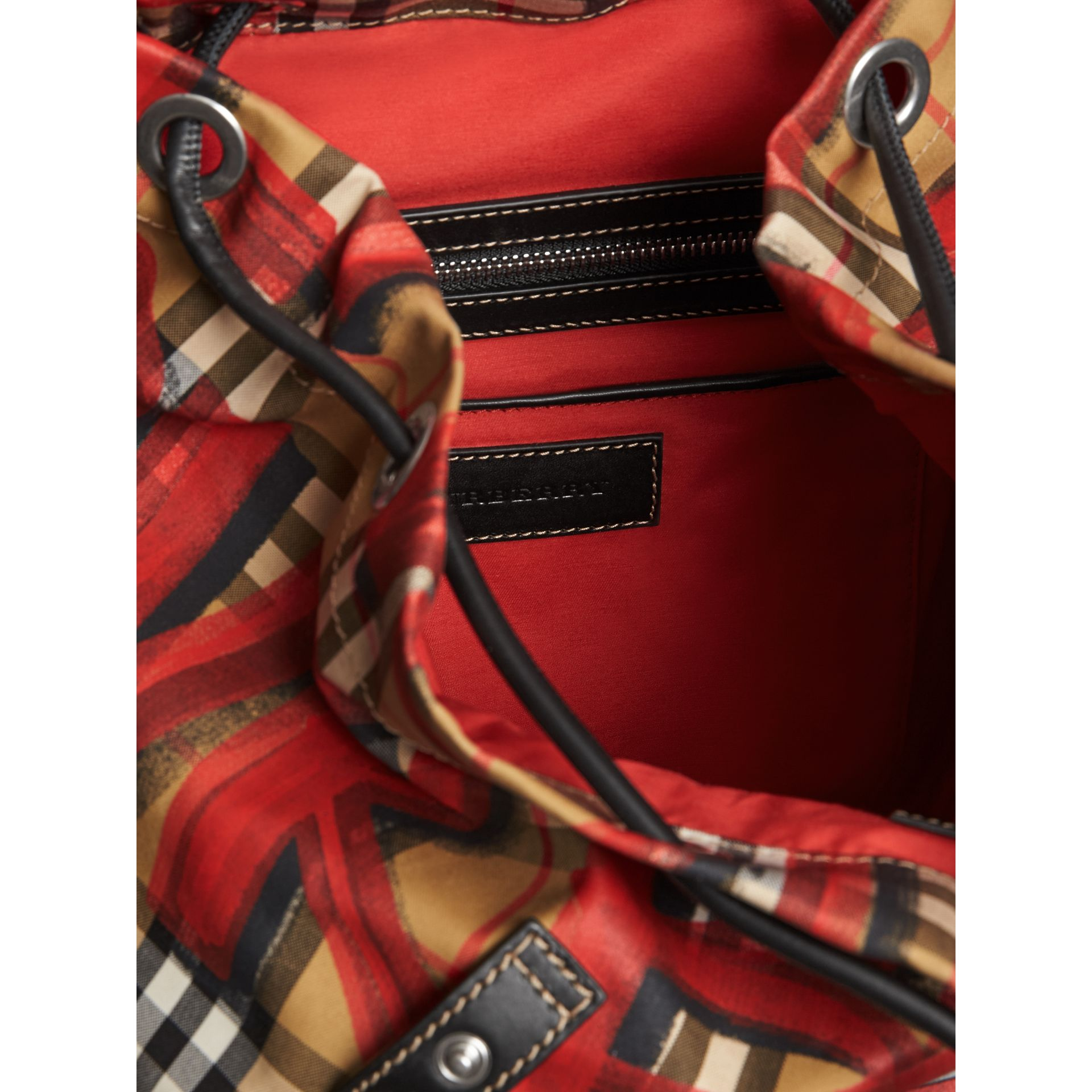 Sac The Rucksack moyen à motif Vintage check et graffiti (Jaune Antique/rouge) - Femme | Burberry - photo de la galerie 5
