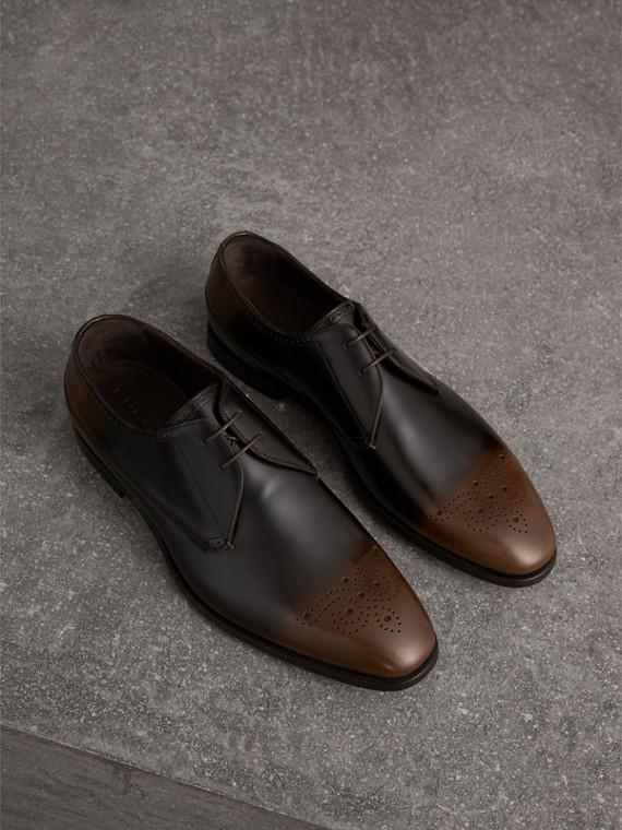 Zapatos tipo Derby en piel sombreada con detalle de perforaciones (Marrón Chocolate)